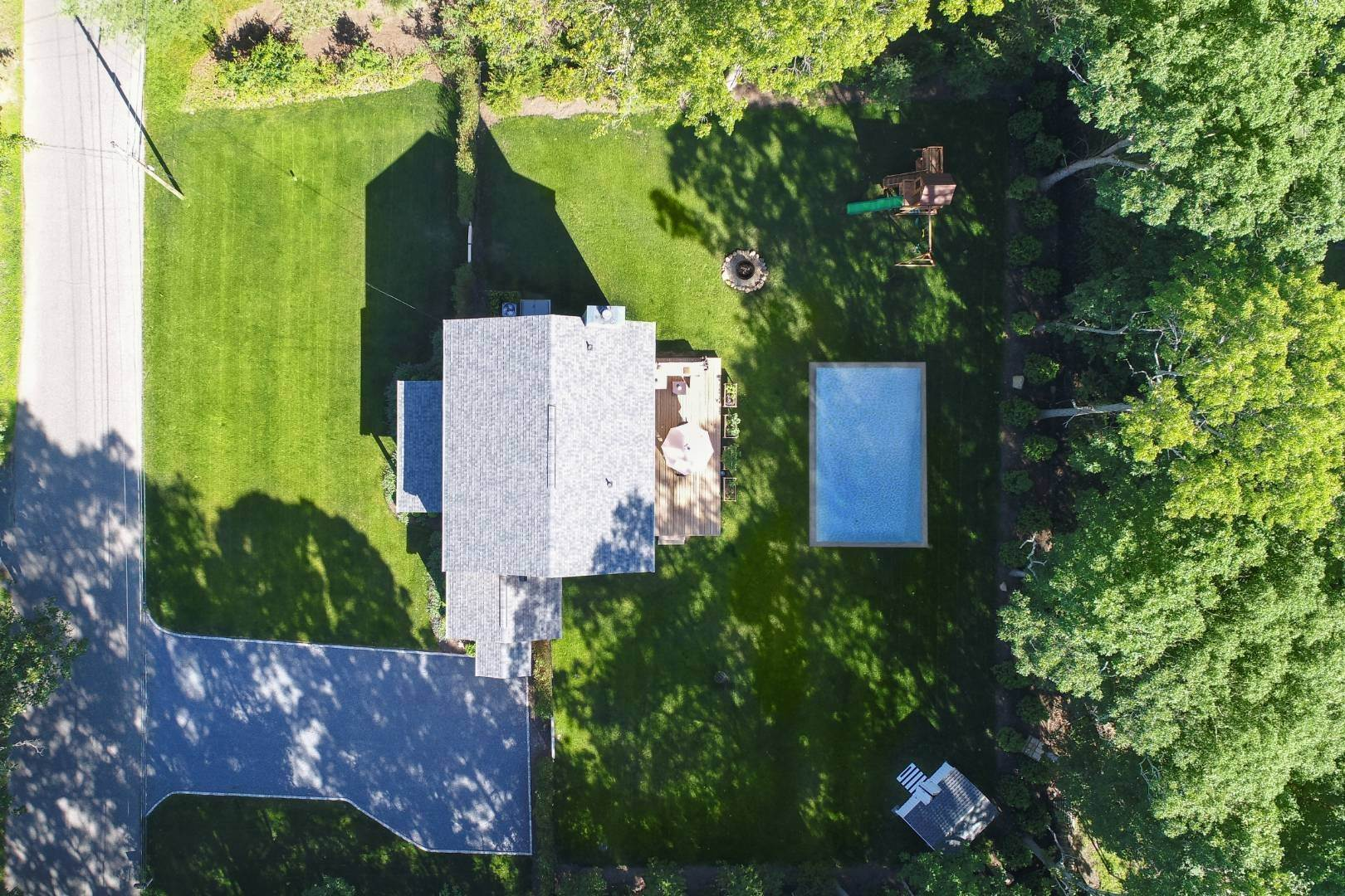 18. Single Family Home at Beautiful East Hampton Getaway East Hampton, NY 11937