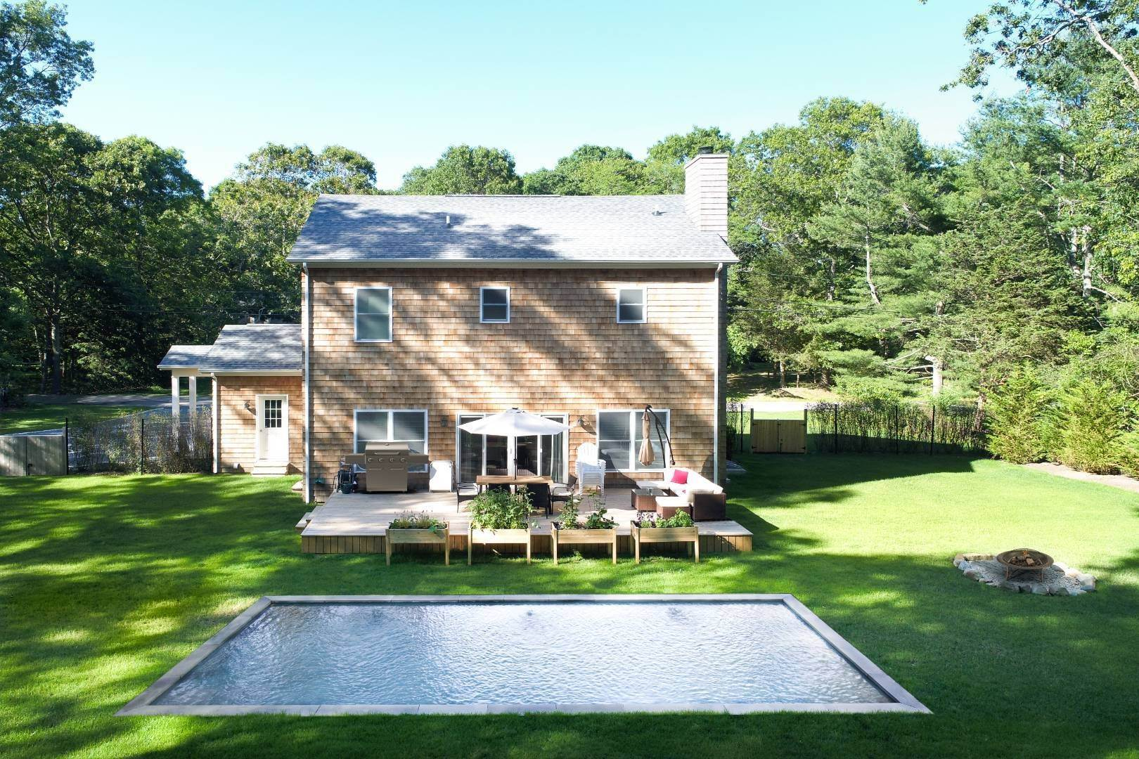 19. Single Family Home at Beautiful East Hampton Getaway East Hampton, NY 11937