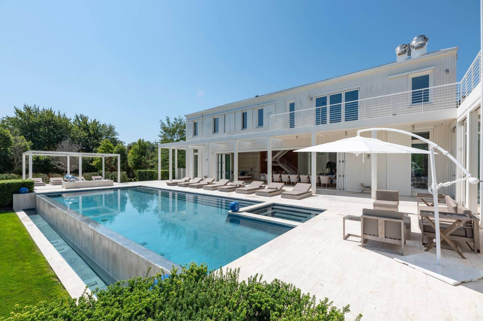 7. Single Family Home at Spacious Living And Entertaining At Its Best Southampton, NY 11968