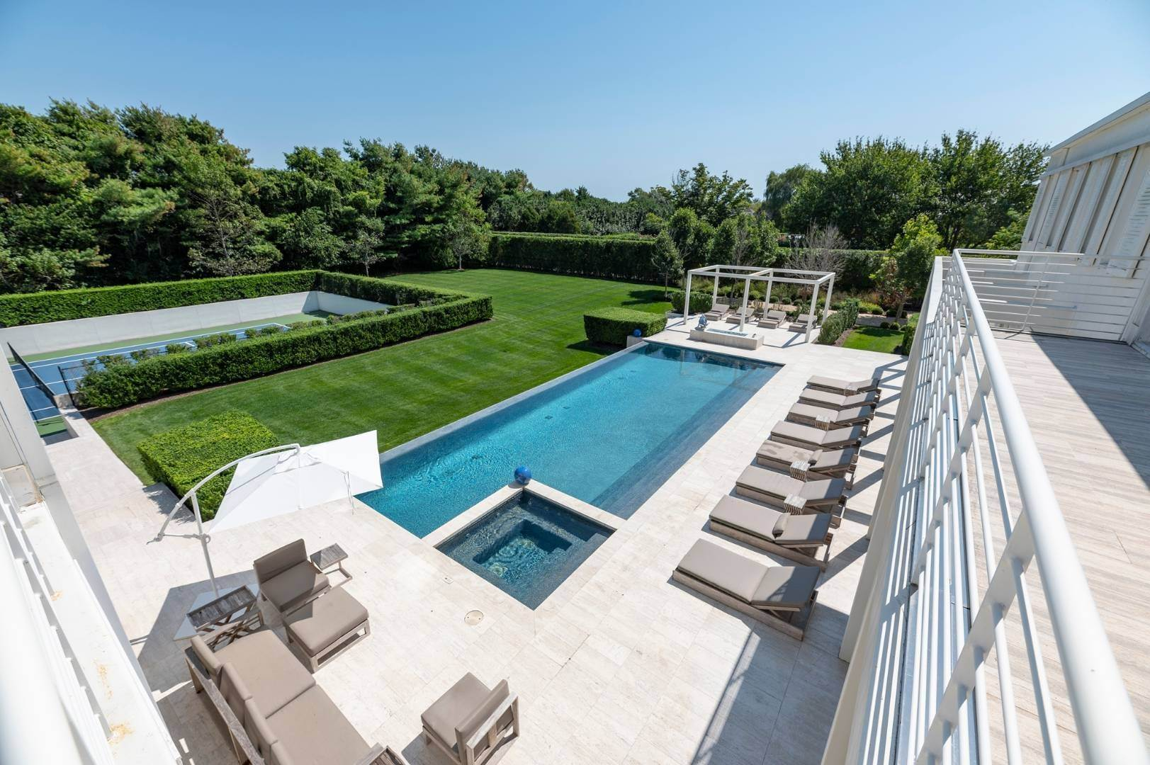 18. Single Family Home at Spacious Living And Entertaining At Its Best Southampton, NY 11968