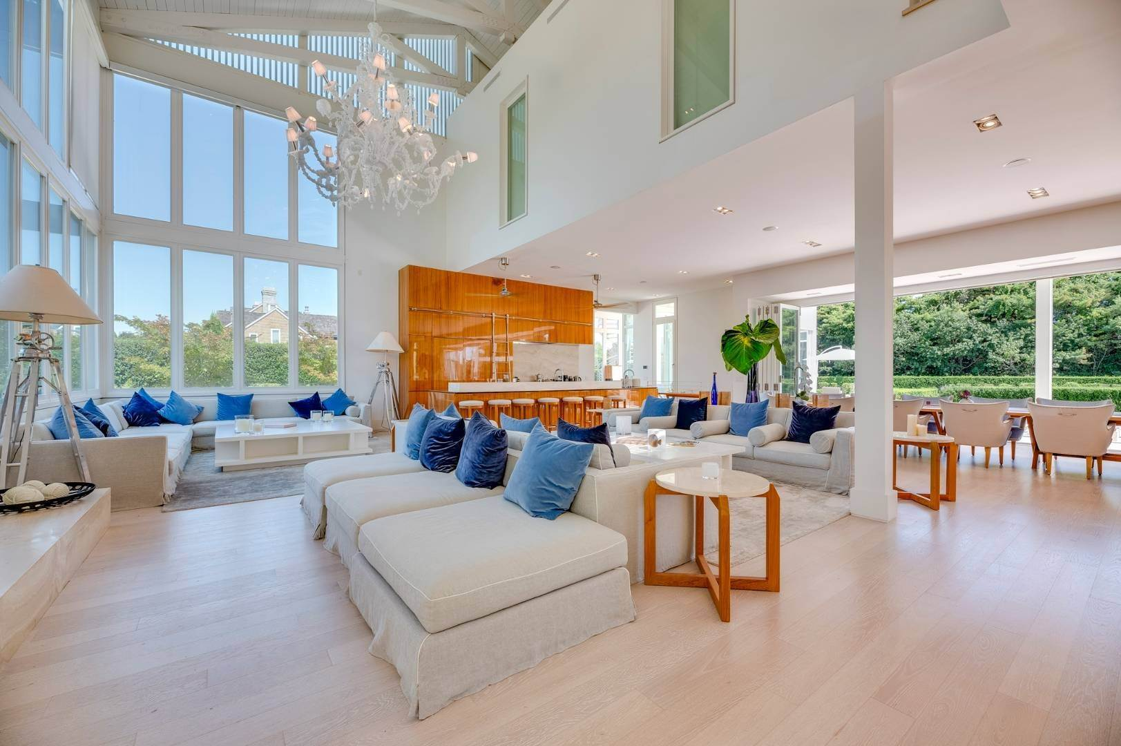 11. Single Family Home at Spacious Living And Entertaining At Its Best Southampton, NY 11968