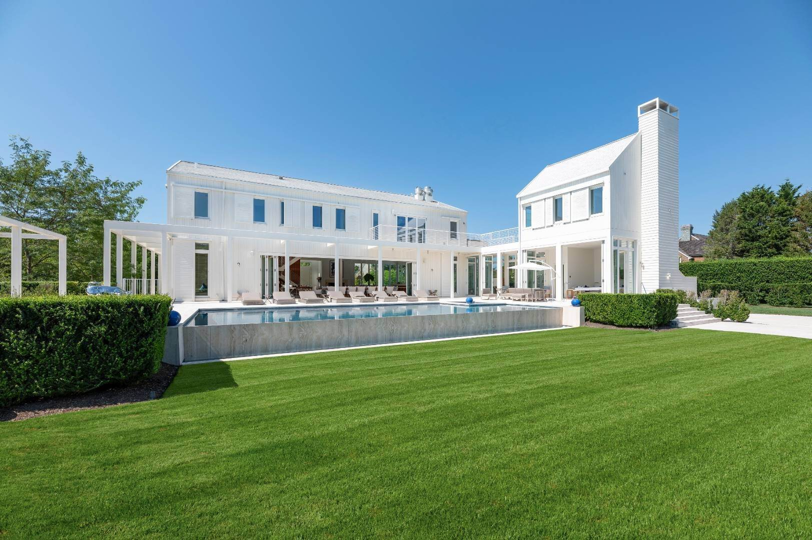 34. Single Family Home at Spacious Living And Entertaining At Its Best Southampton, NY 11968