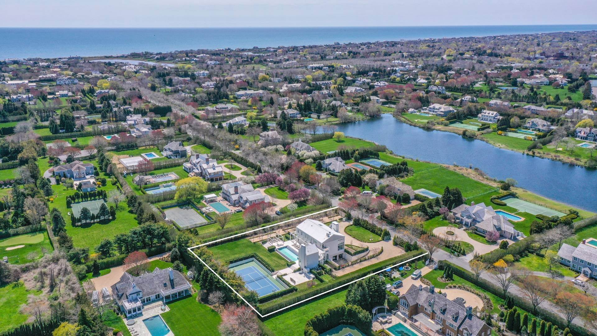 2. Single Family Home at Spacious Living And Entertaining At Its Best Southampton, NY 11968