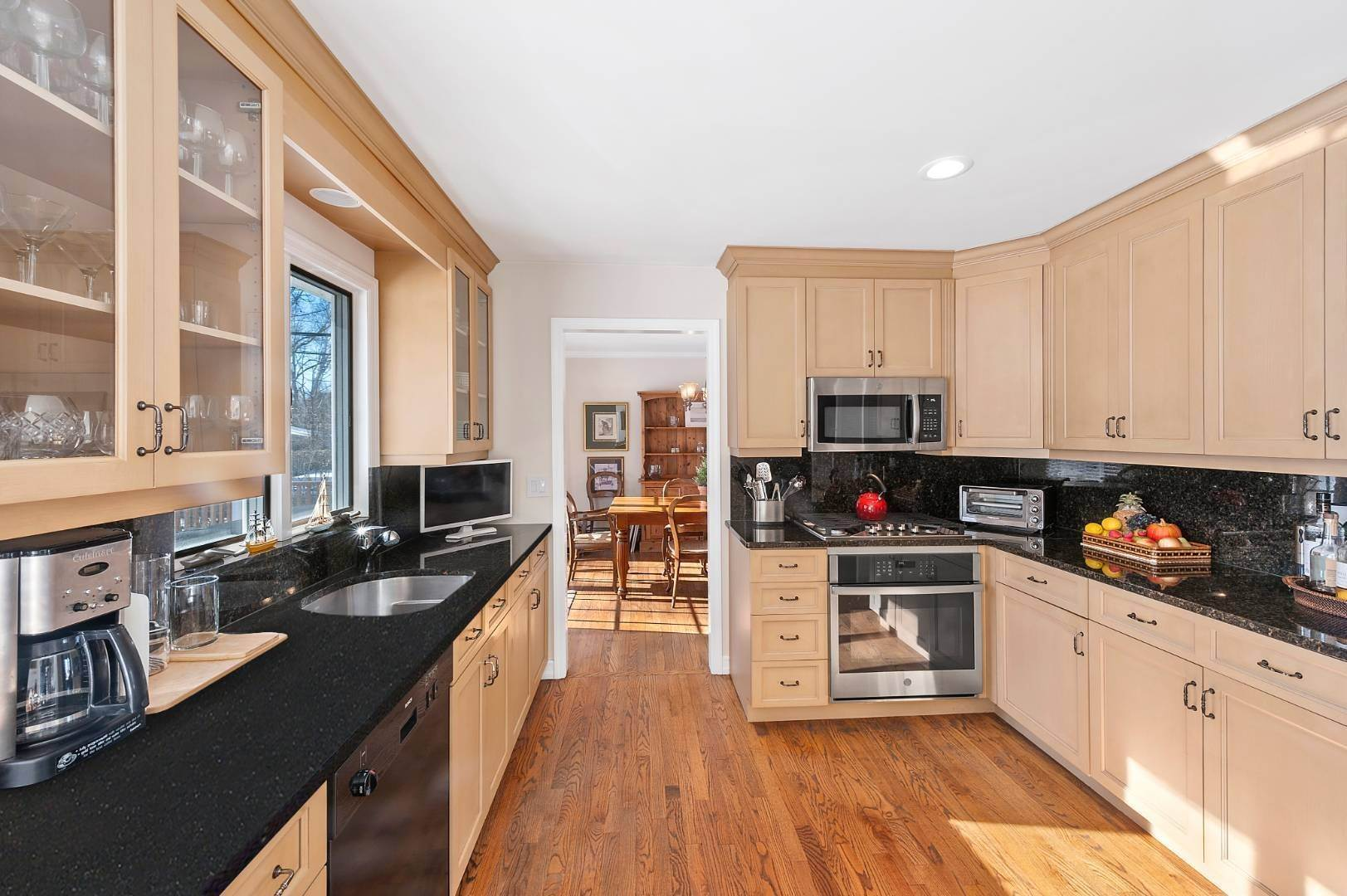 4. Single Family Home at Village Living Close To All East Hampton, NY 11937