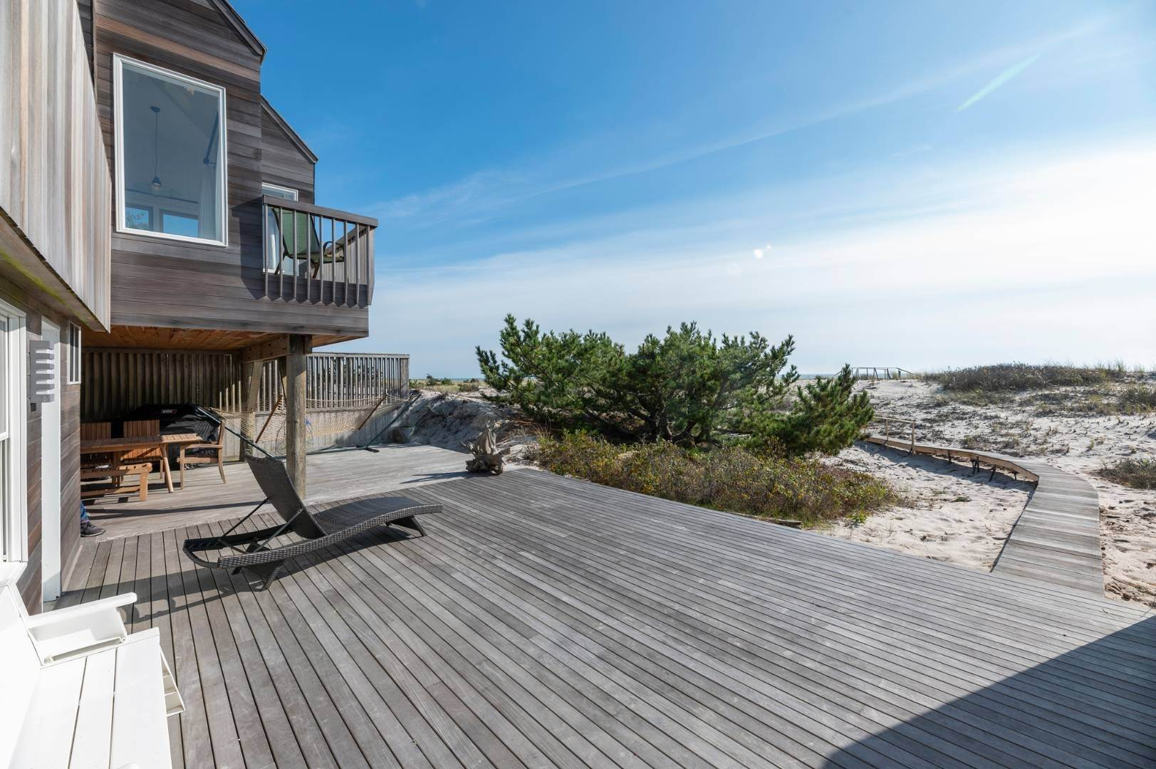 19. Single Family Home at Relaxing Oceanfront Retreat Available Winter Or Summer Rental! 449 Dune Road, Westhampton Beach Village, NY 11978