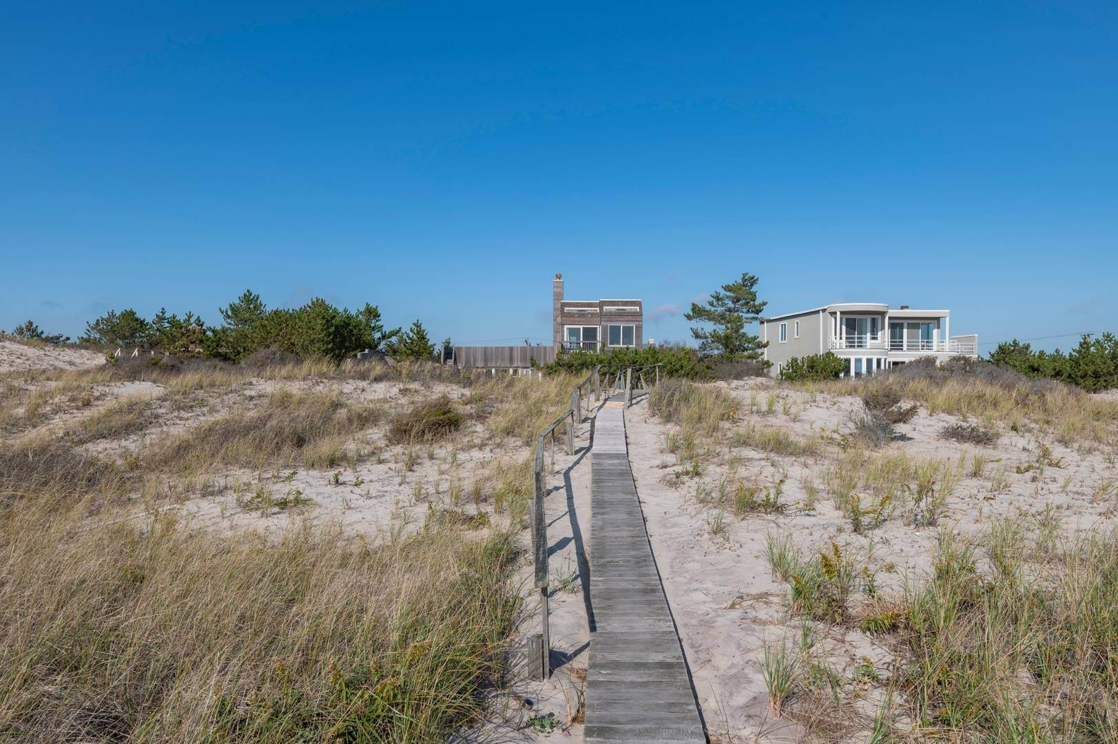 20. Single Family Home at Relaxing Oceanfront Retreat Available Winter Or Summer Rental! 449 Dune Road, Westhampton Beach Village, NY 11978