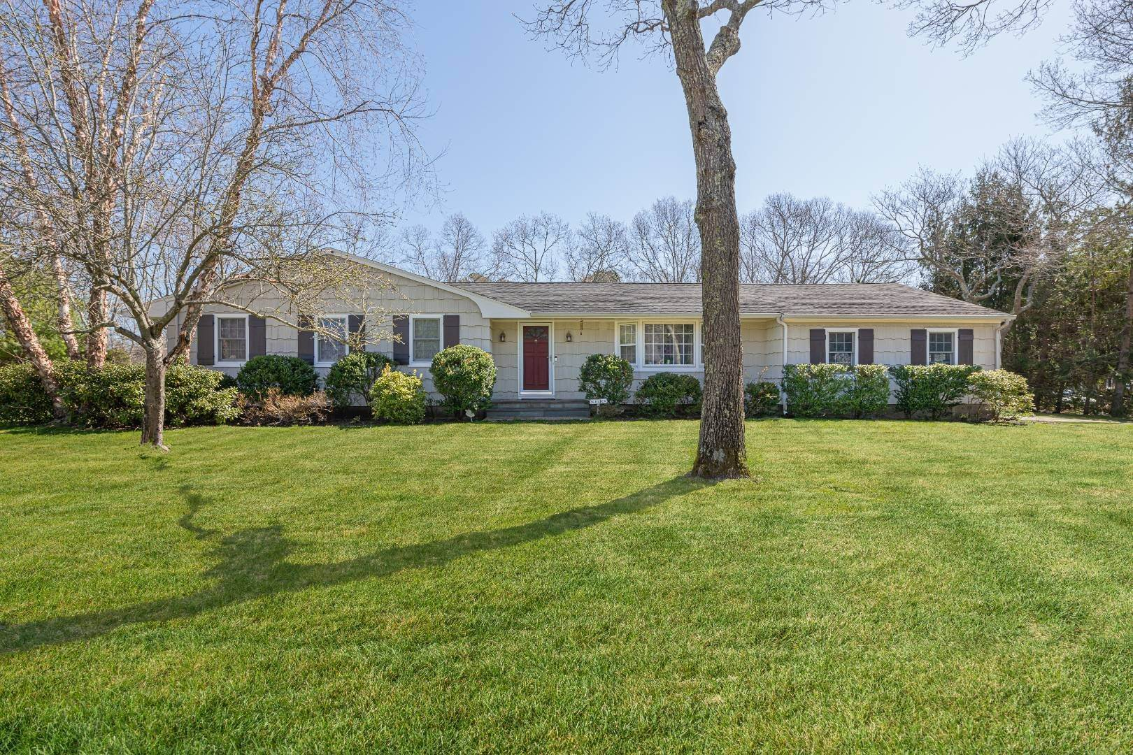 Single Family Home 为 销售 在 Desirable Tiana Shores Ranch With Pool In East Quogue 15 Deerfeed Path, East Quogue, NY 11942
