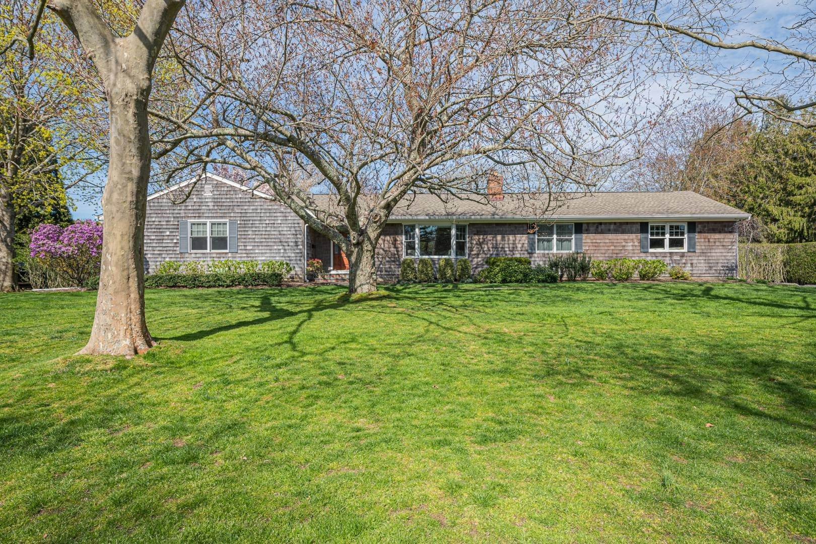 19. Single Family Home at Southampton, NY 11968