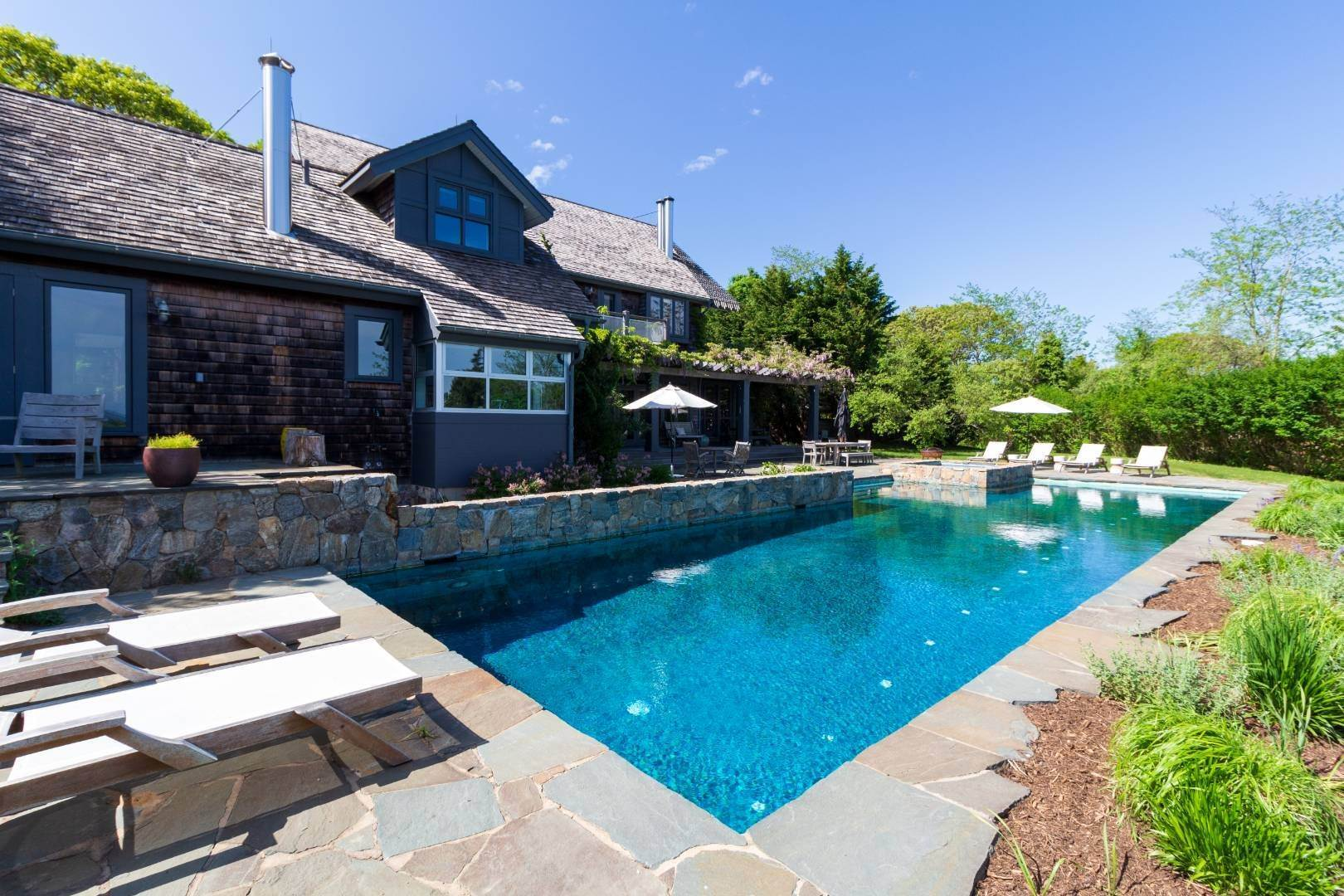 24. Single Family Home at Stuning Bayview Home Southampton South! Southampton, NY 11968