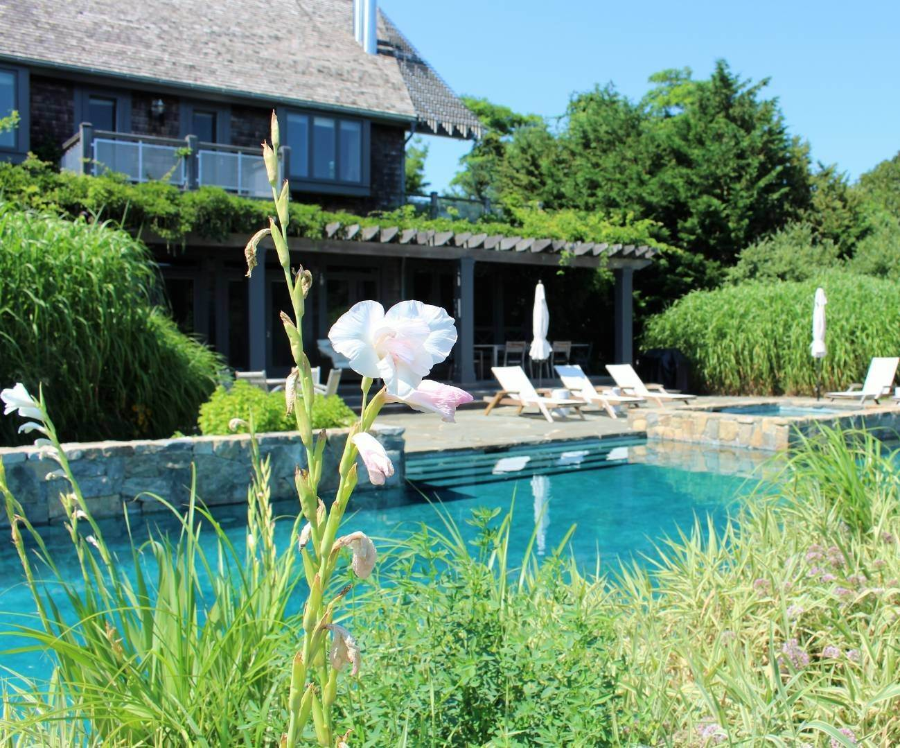 23. Single Family Home at Stuning Bayview Home Southampton South! Southampton, NY 11968