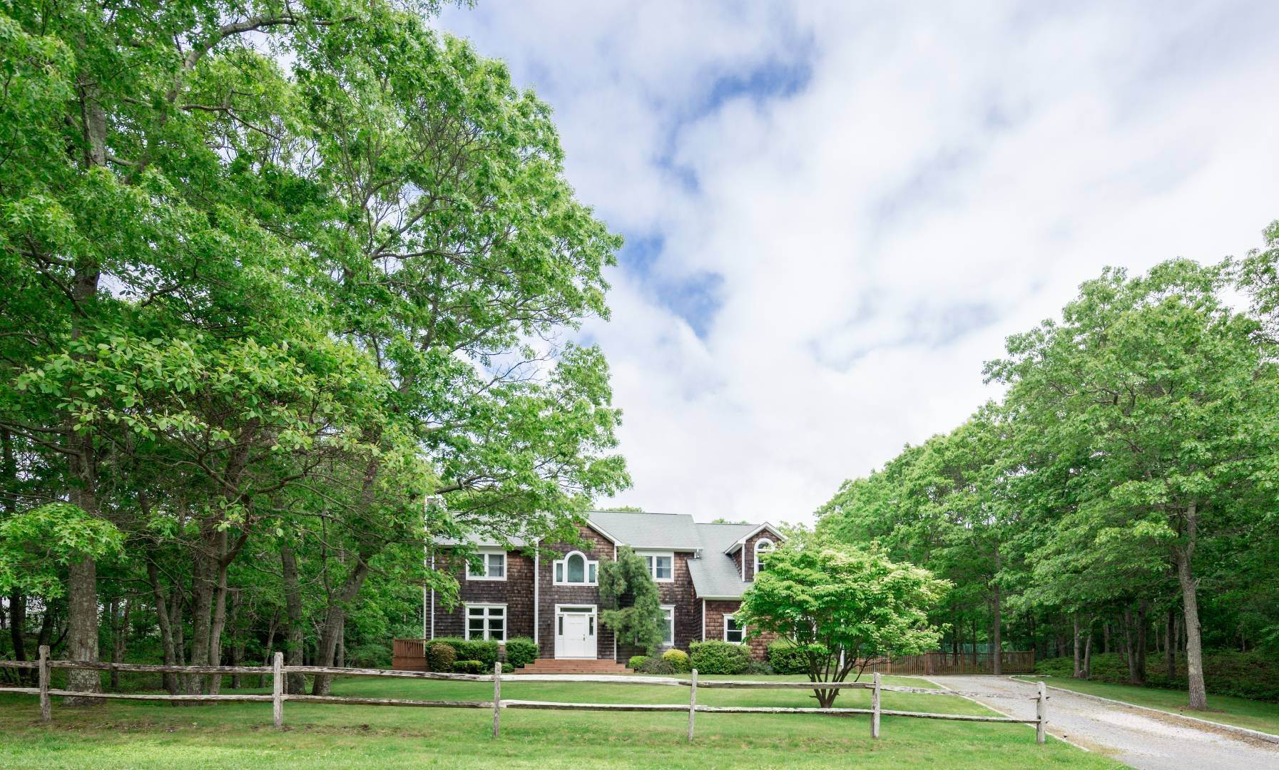 9. Single Family Home at Southampton 5 Bedroom With Tennis Southampton, NY 11968