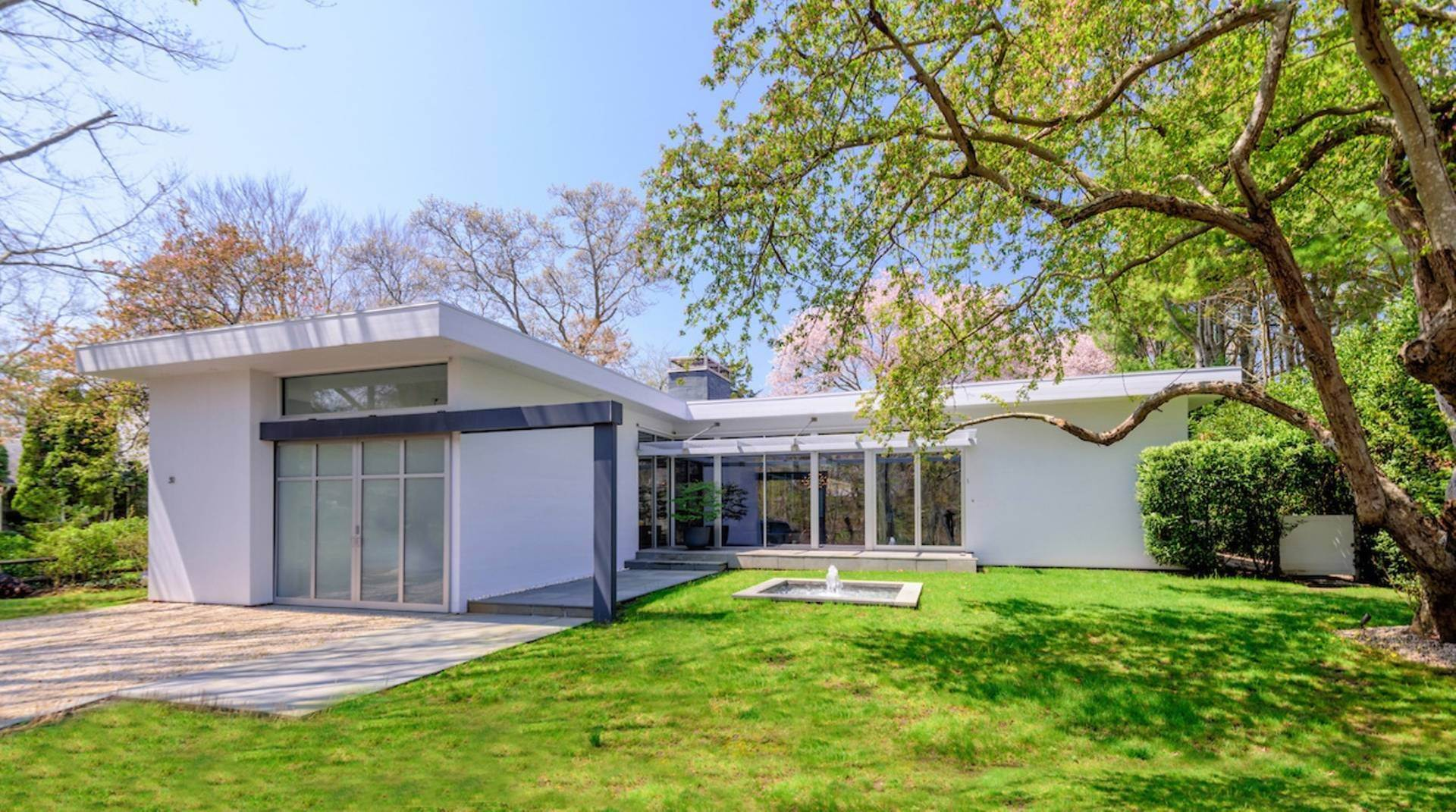 2. Single Family Home at Exquisitely Designed Modern East Hampton, NY 11937