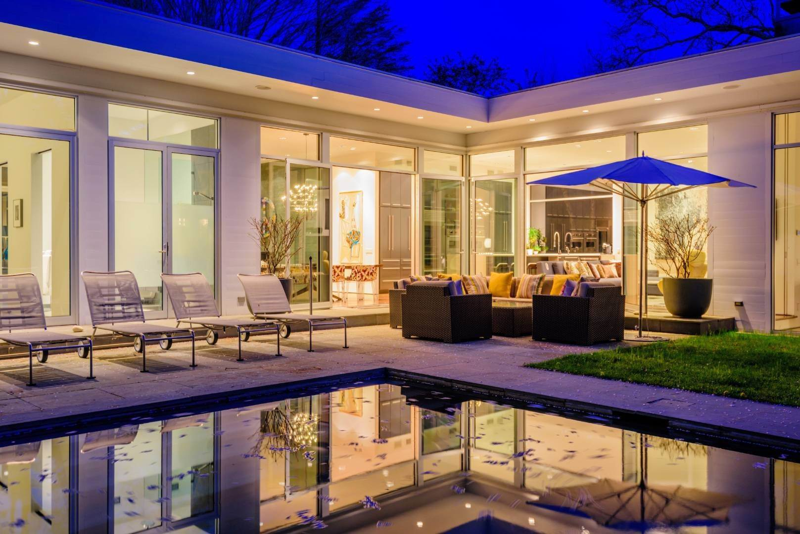23. Single Family Home at Exquisitely Designed Modern East Hampton, NY 11937