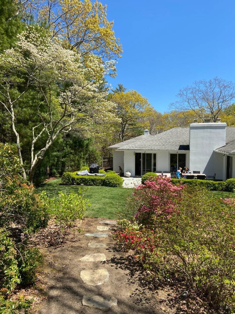 19. Single Family Home at Clean And Cool In Hampton Waters East Hampton, NY 11937