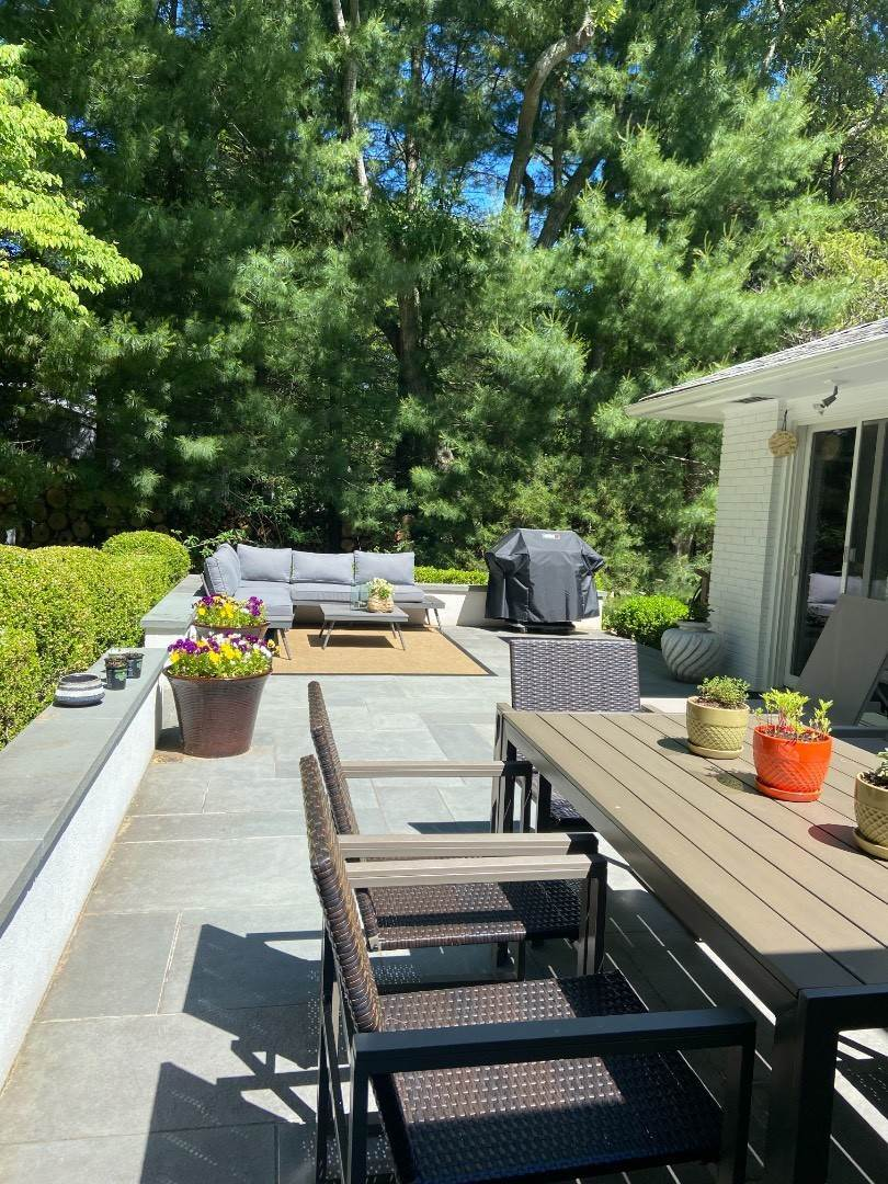 18. Single Family Home at Clean And Cool In Hampton Waters East Hampton, NY 11937