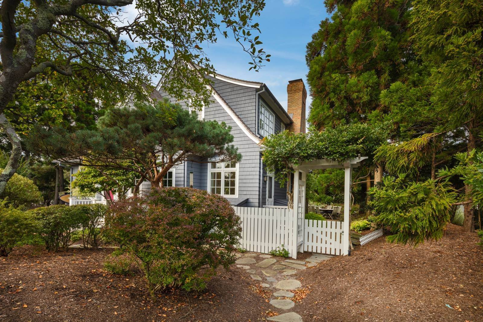 24. Single Family Home at Pristine Beach House Moments To The Ocean Amagansett, NY 11930