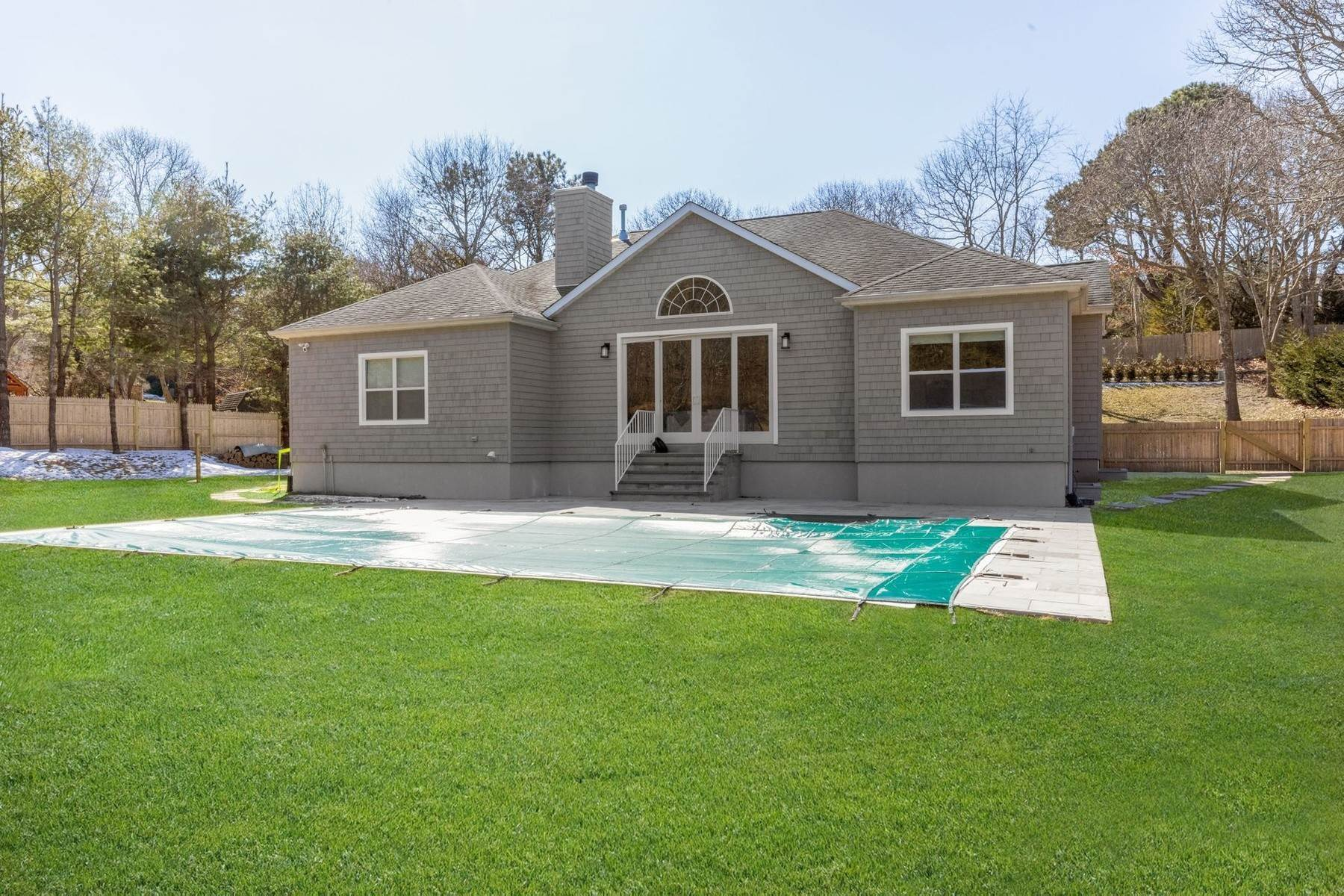 17. Single Family Home at Southampton Southampton, NY 11968