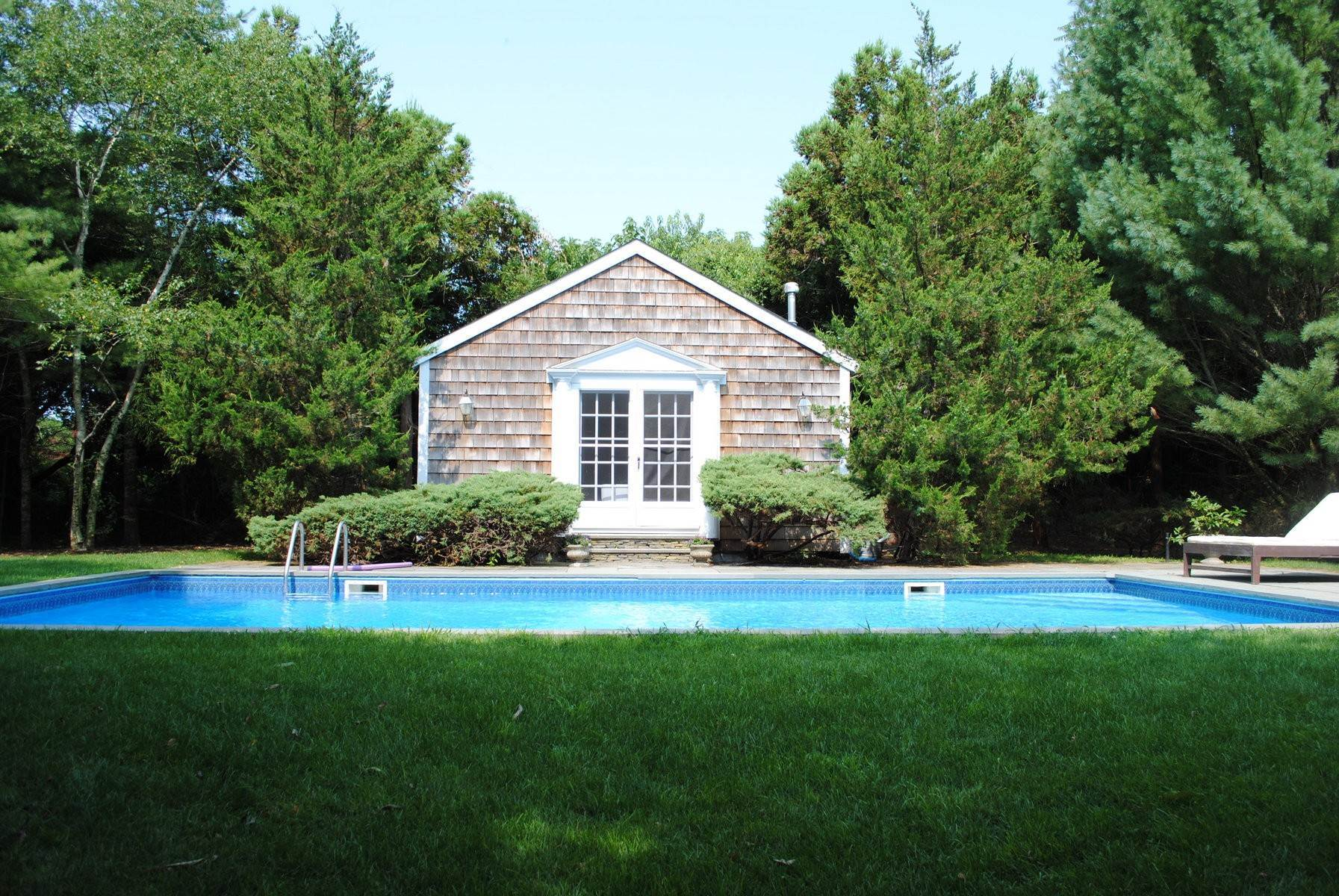22. Single Family Home at Southampton Village Farmhouse Comfort 159 Bishops Lane, Southampton, NY 11968
