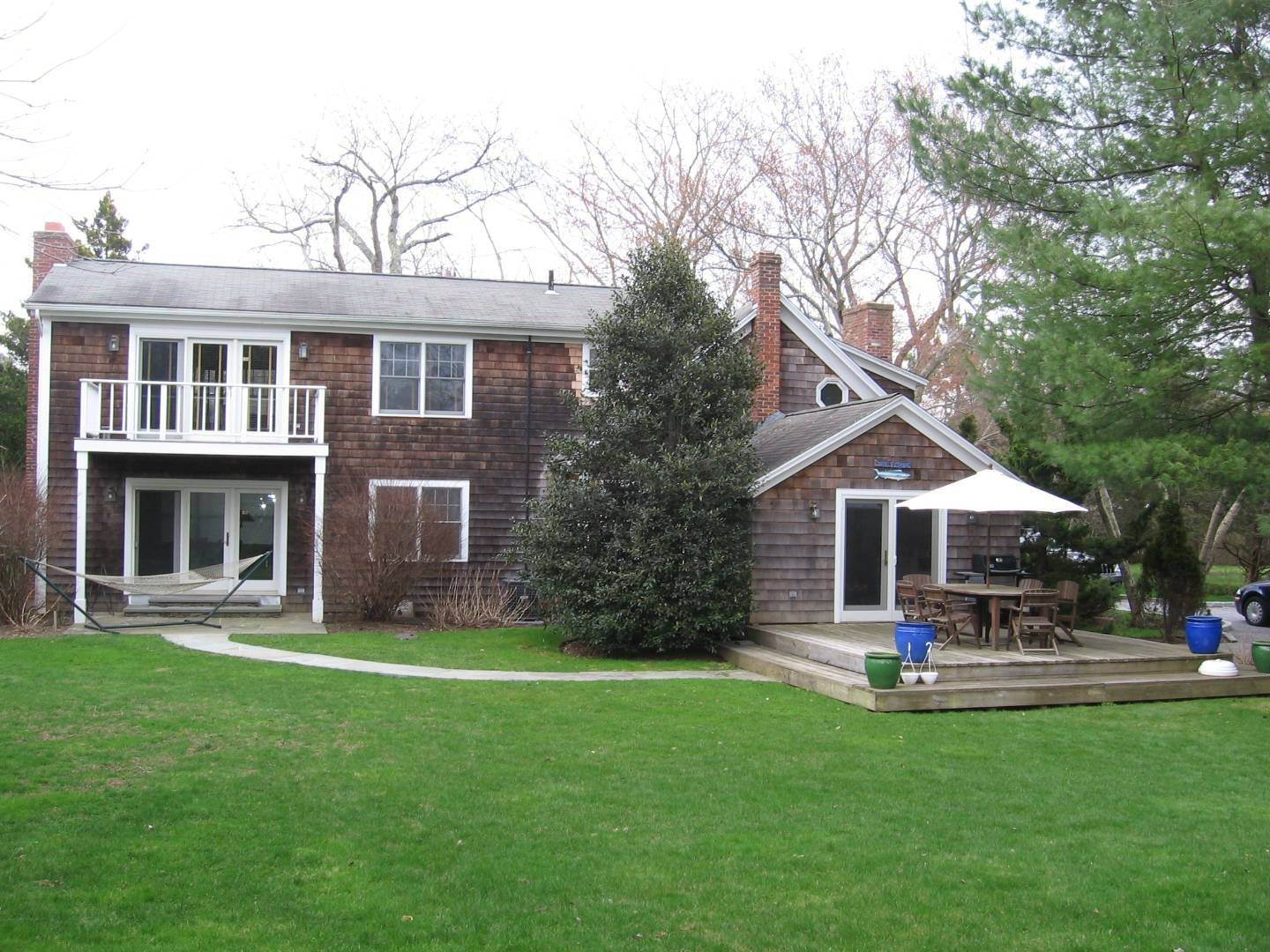 26. Single Family Home at Southampton Village Farmhouse Comfort 159 Bishops Lane, Southampton, NY 11968