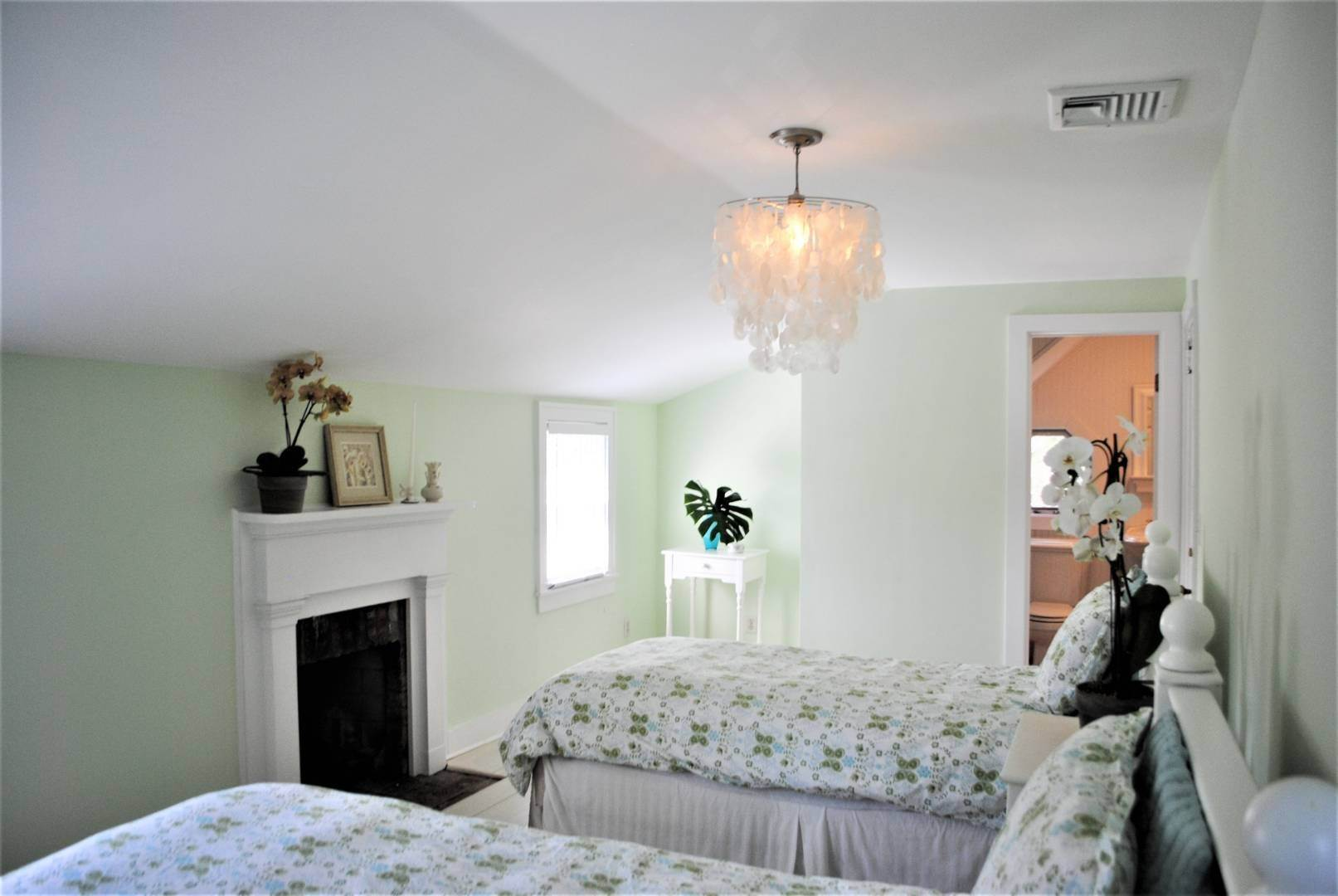 20. Single Family Home at Southampton Village Farmhouse Comfort 159 Bishops Lane, Southampton, NY 11968