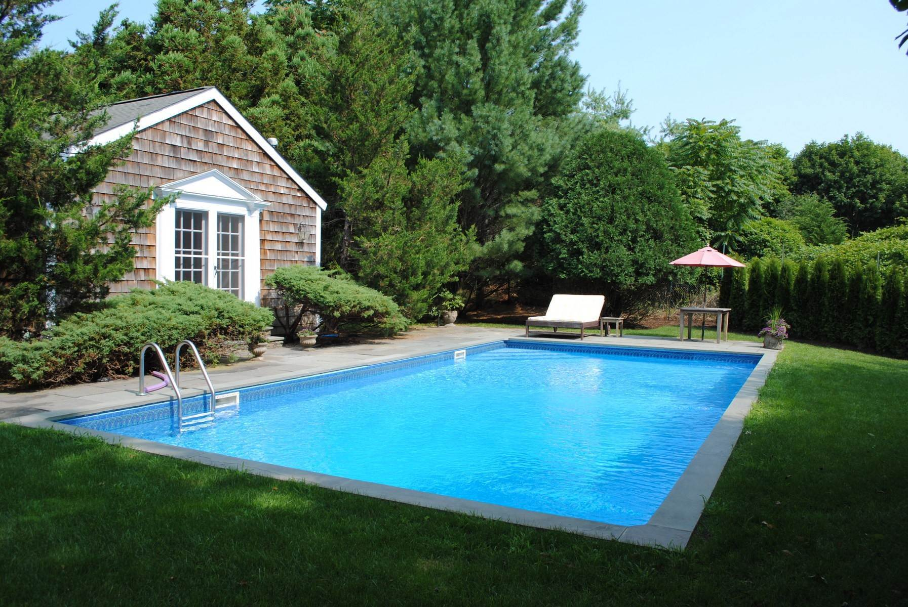 23. Single Family Home at Southampton Village Farmhouse Comfort 159 Bishops Lane, Southampton, NY 11968