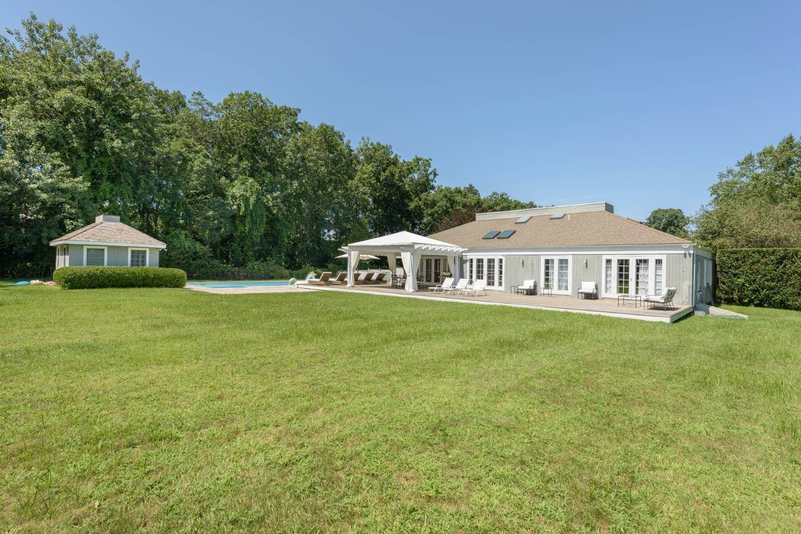 7. Single Family Home at Gorgeous Less Than A Mile To The Beach! Sagaponack, NY 11962