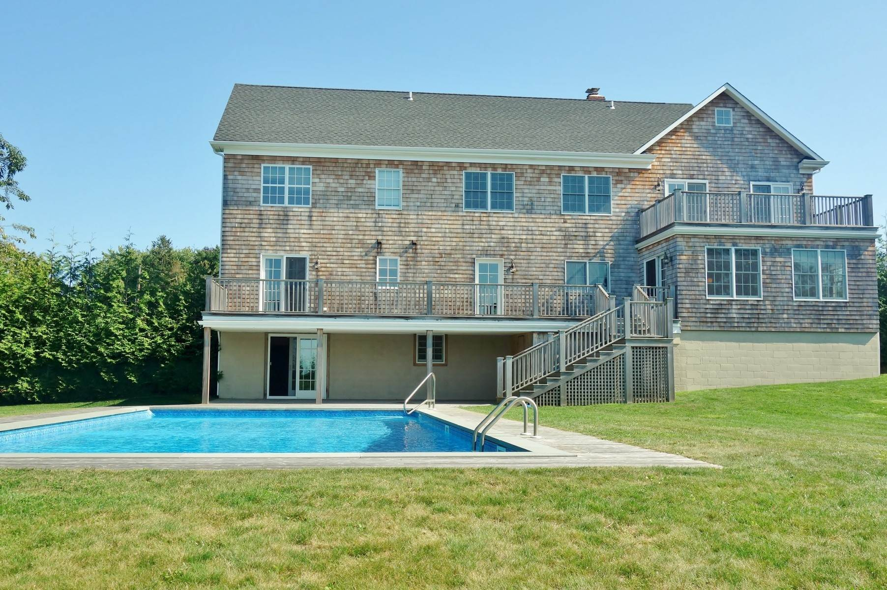 20. Single Family Home at New To The Rental Market In Golf Country Southampton, NY 11968