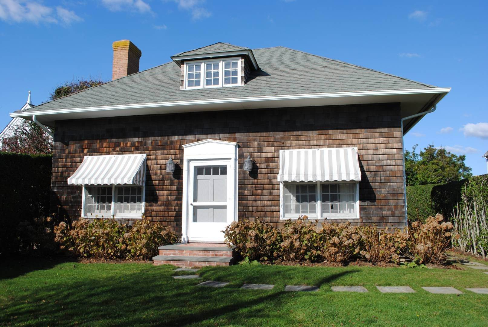19. Single Family Home at Southampton Village Impeccable Cottage Southampton, NY 11968