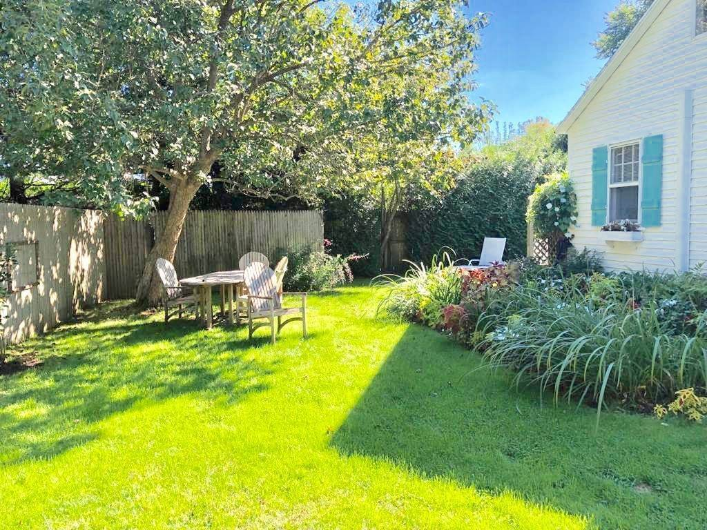 2. Single Family Home at Bridgehampton Chic Cottage Bridgehampton, NY 11932