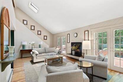 4. Single Family Home at Charming Contemporary With Pool & Tennis East Hampton, NY 11937