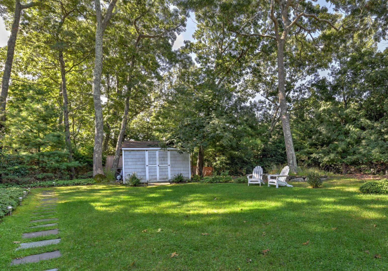 22. Single Family Home at Light-Filled 3br NW Waterfront Community East Hampton, NY 11937