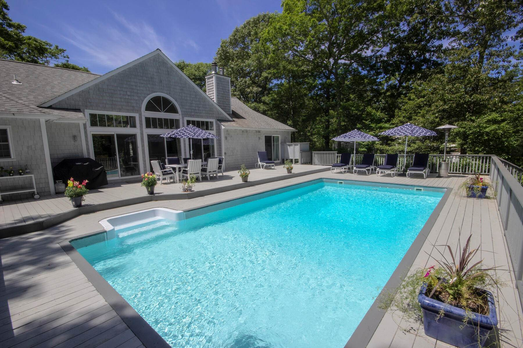 Single Family Home at Light-Filled 3br NW Waterfront Community East Hampton, NY 11937