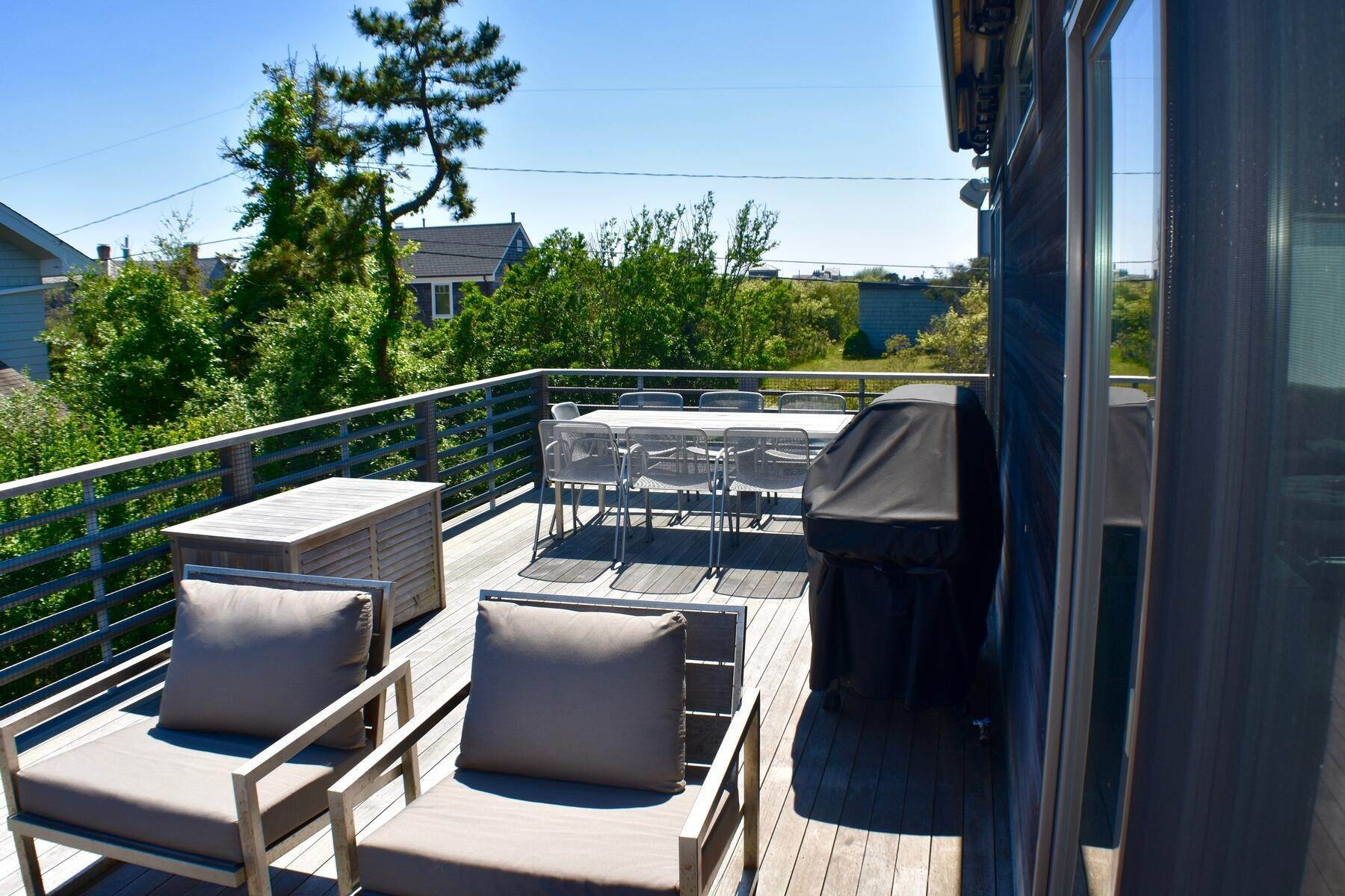 6. Single Family Home at Designer Decorated Modern In Dunes Amagansett, NY 11930