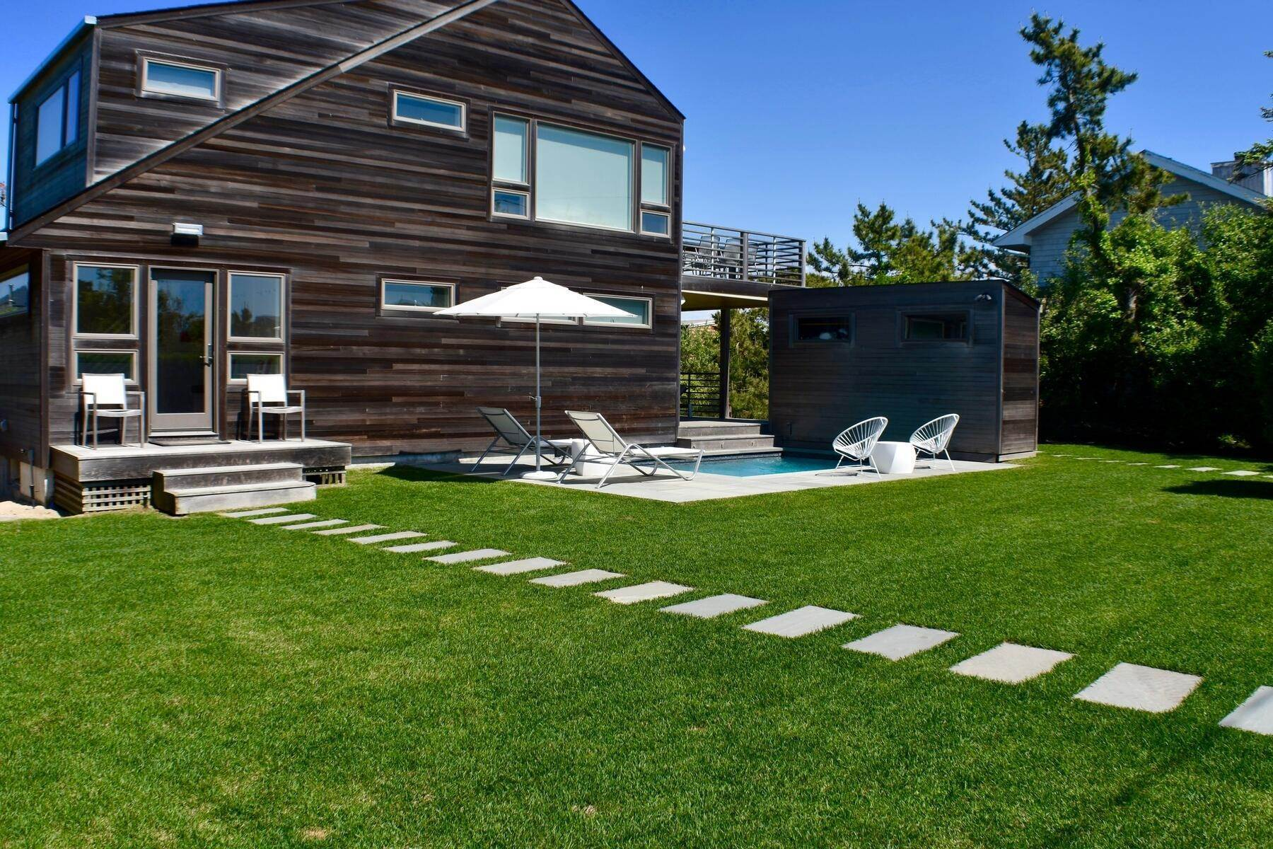 3. Single Family Home at Designer Decorated Modern In Dunes Amagansett, NY 11930