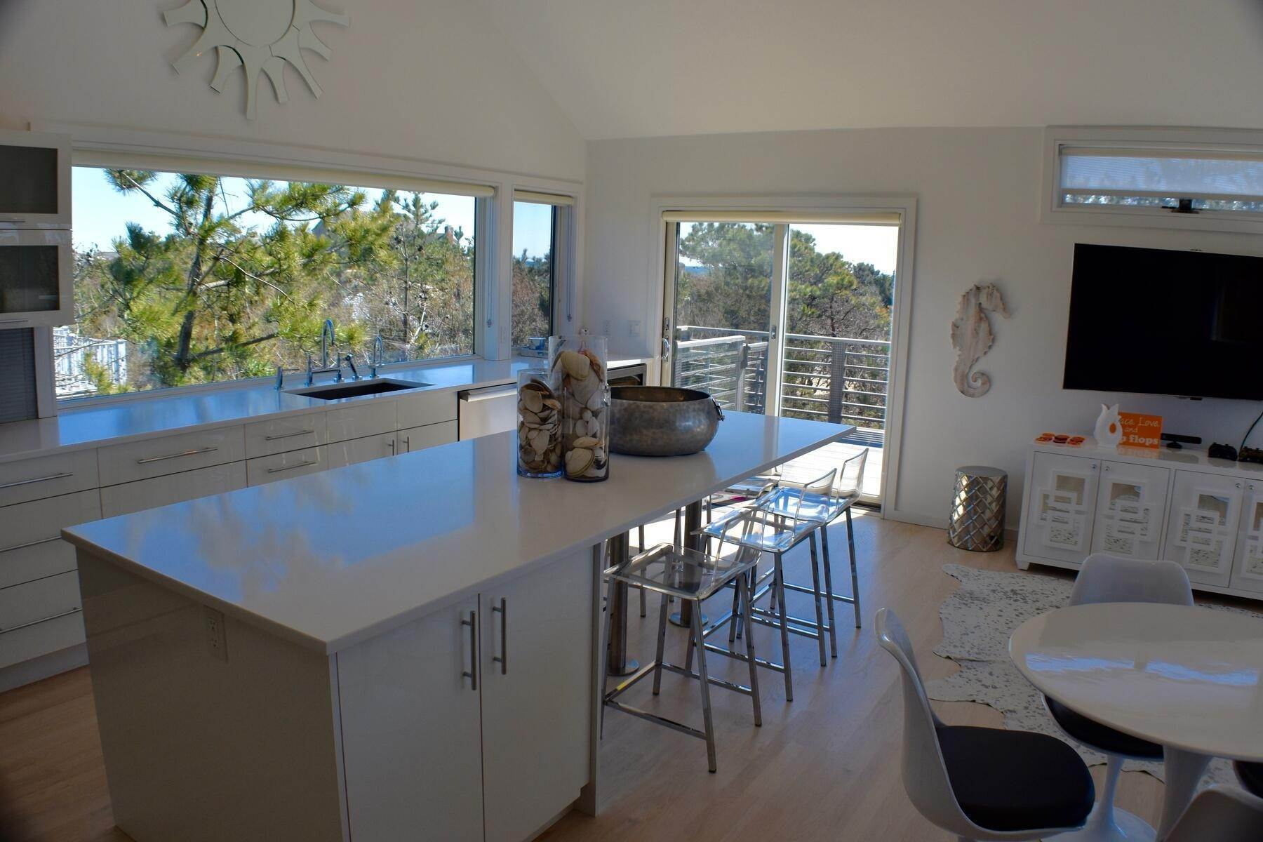 9. Single Family Home at Designer Decorated Modern In Dunes Amagansett, NY 11930