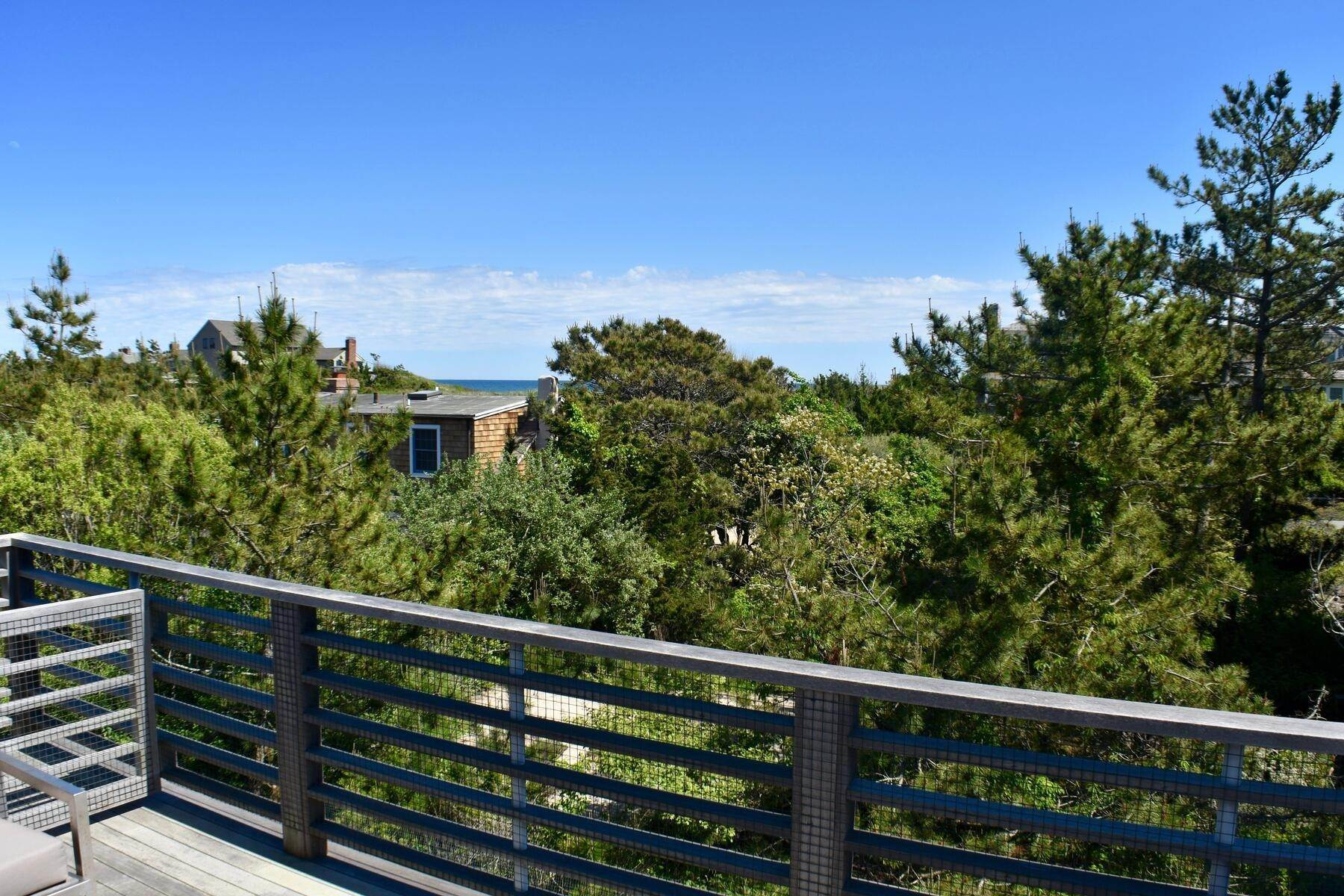 5. Single Family Home at Designer Decorated Modern In Dunes Amagansett, NY 11930