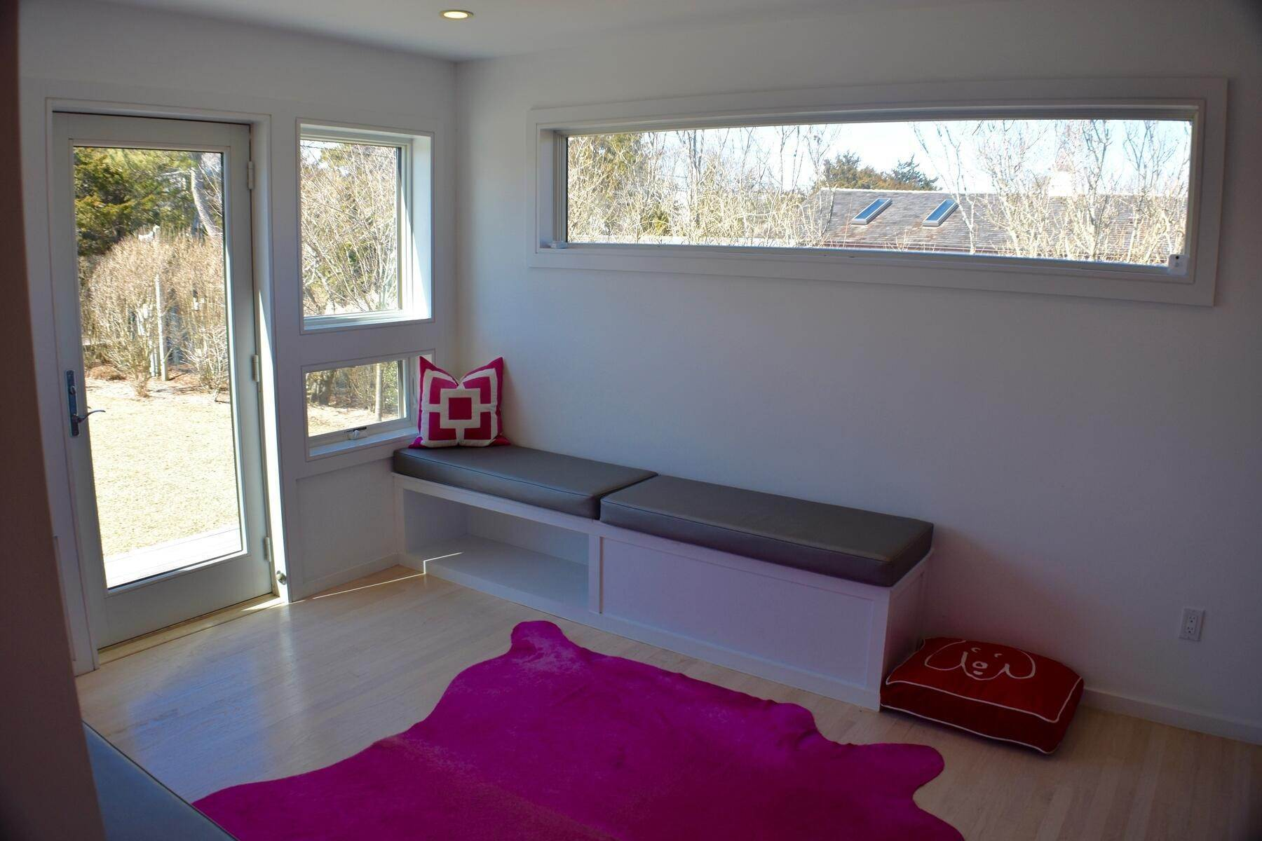 7. Single Family Home at Designer Decorated Modern In Dunes Amagansett, NY 11930