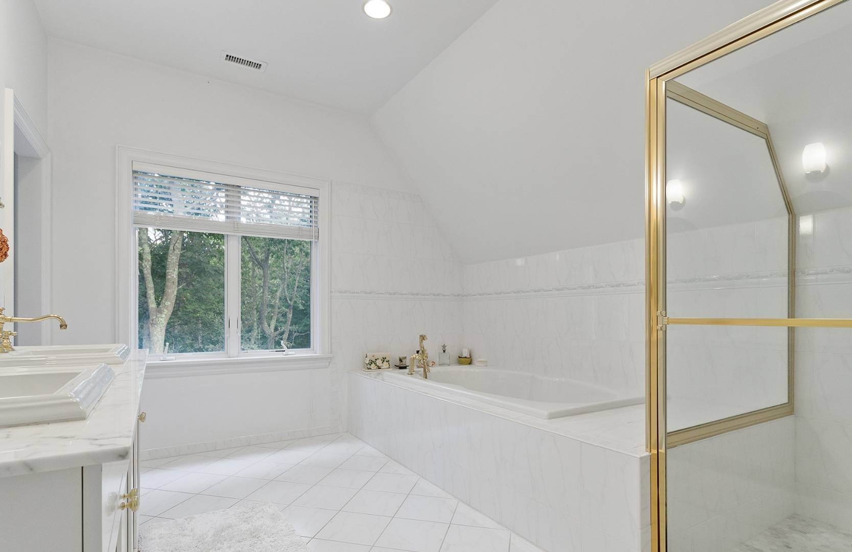 18. Single Family Home at Elegant Private East Hampton Home For Rent 34 Chatfields Ridge Road, East Hampton, NY 11937