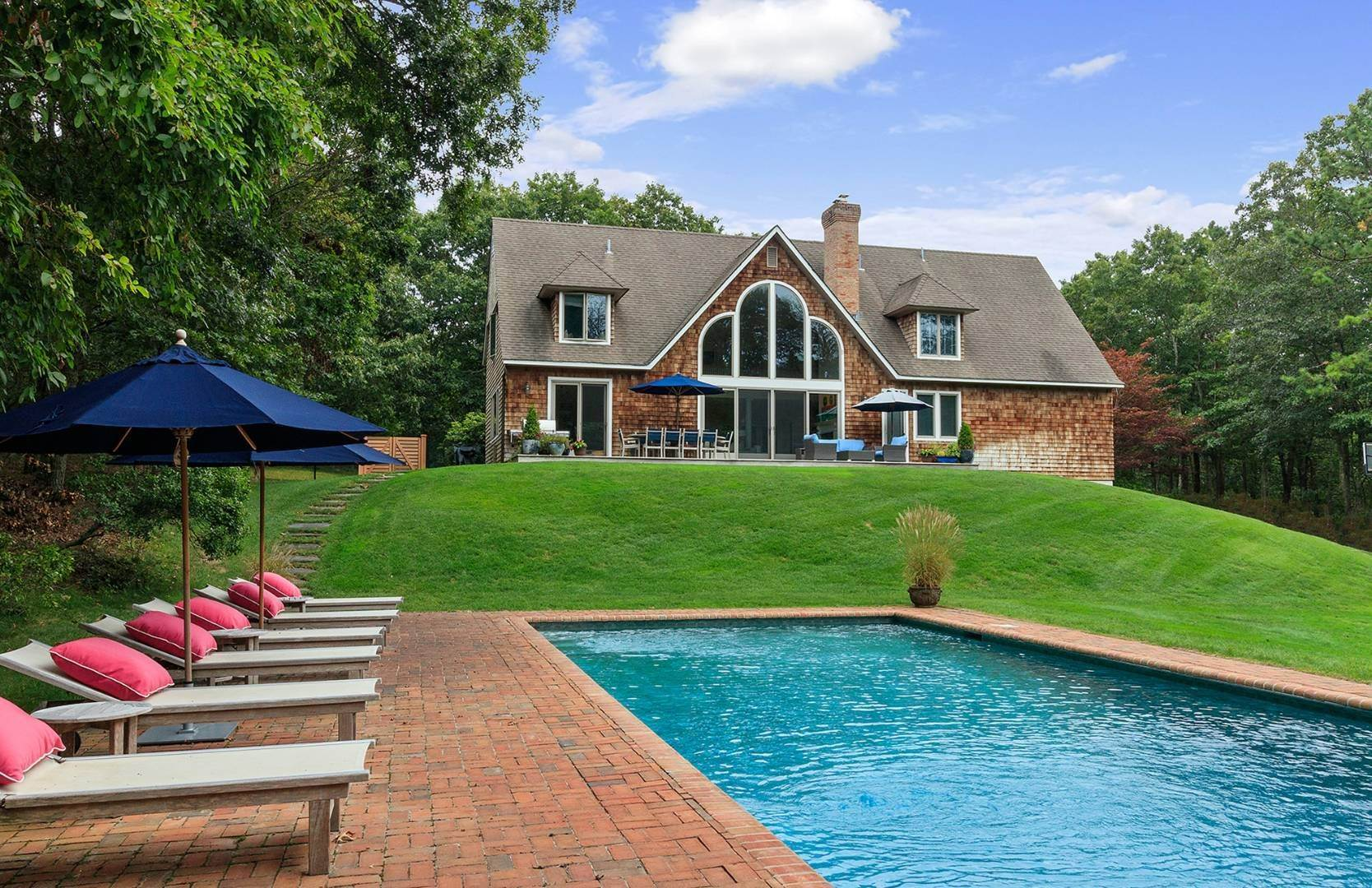 3. Single Family Home at Elegant Private East Hampton Home For Rent 34 Chatfields Ridge Road, East Hampton, NY 11937