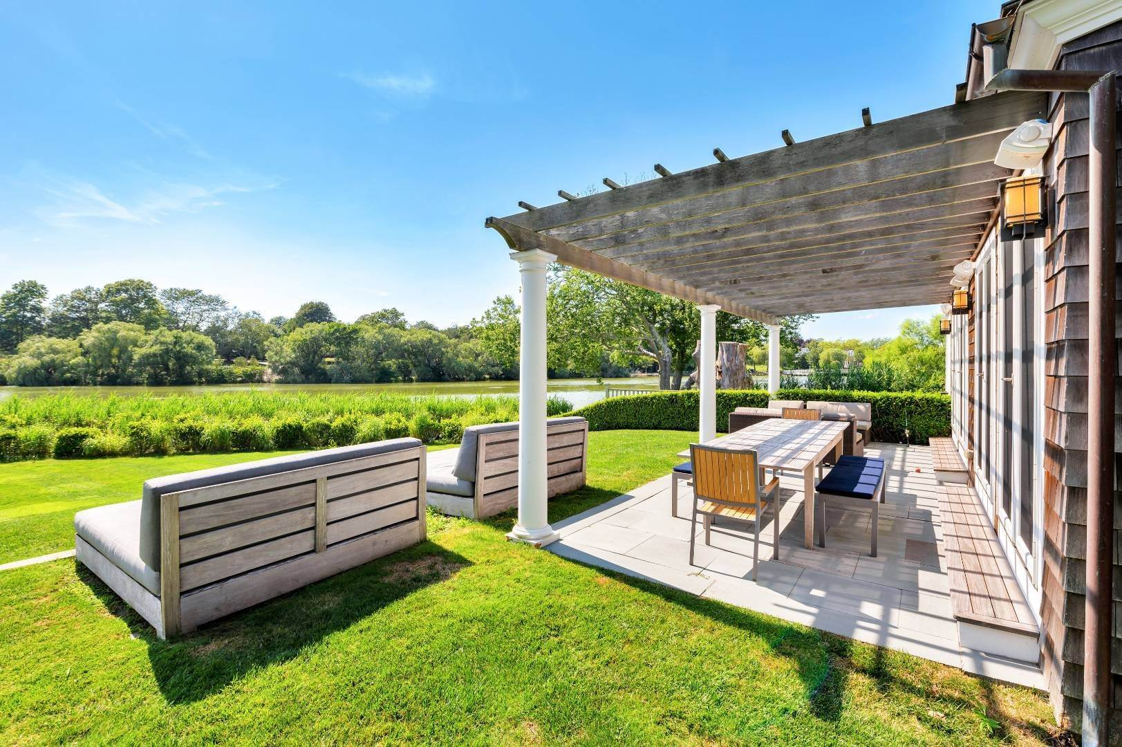 17. Single Family Home at Immaculate, Stunning Hamptons Pondfront! Southampton, NY 11968