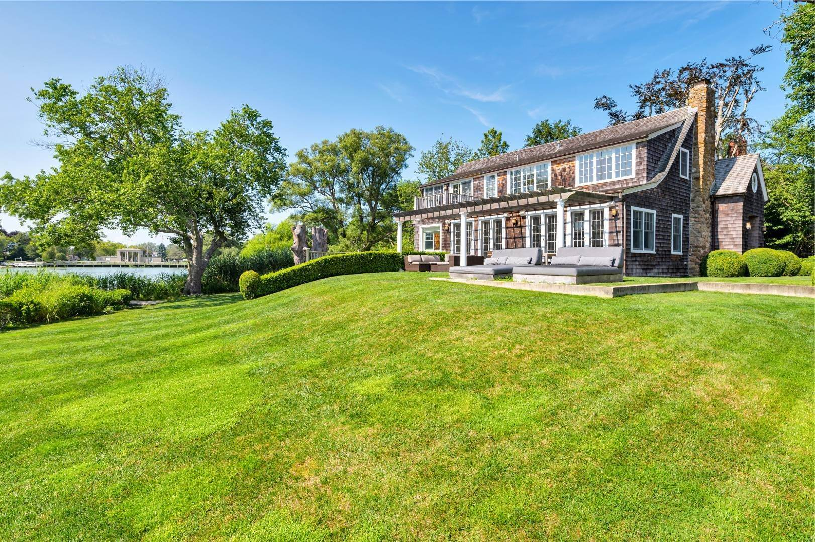 Single Family Home at Immaculate, Stunning Hamptons Pondfront! Southampton, NY 11968