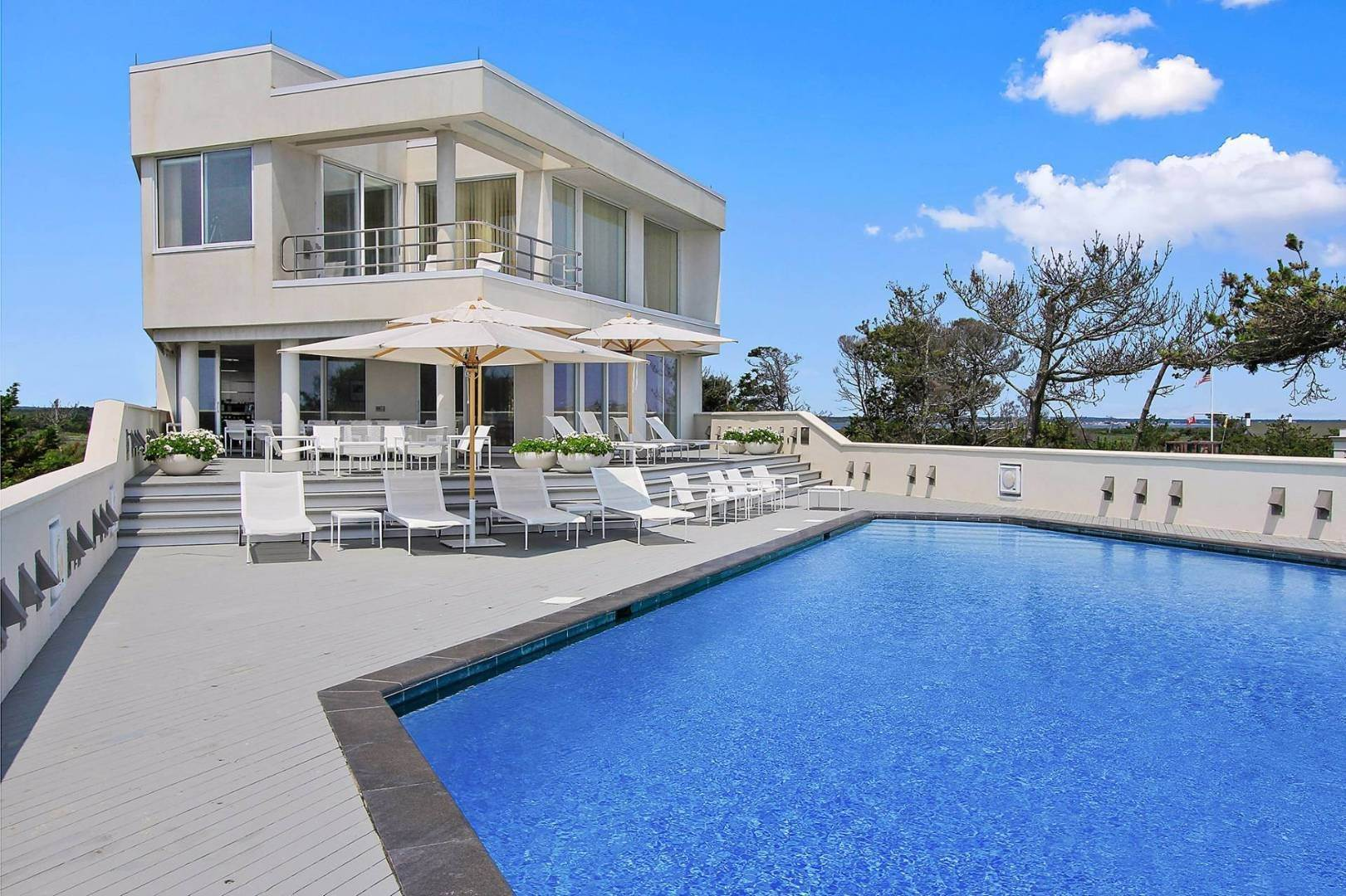 6. Single Family Home at Quogue Spectacular Oceanfront Bay Views Quogue Village, NY 11959