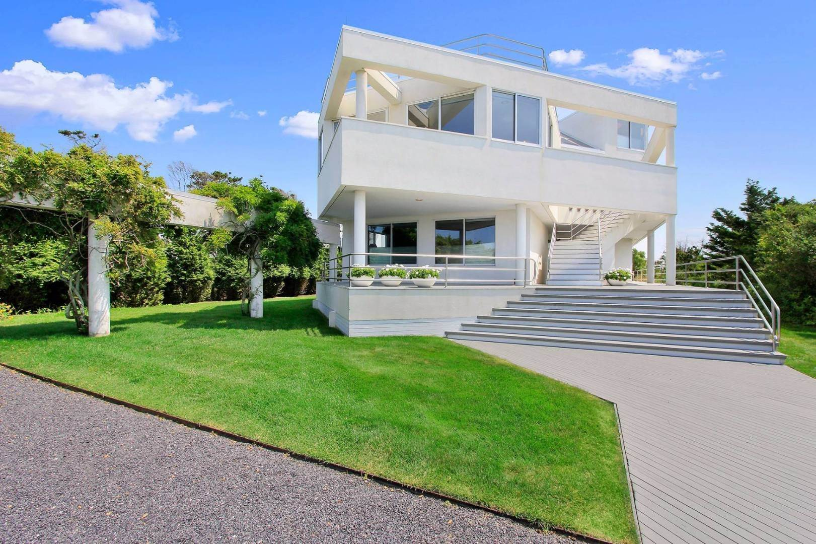 5. Single Family Home at Quogue Spectacular Oceanfront Bay Views Quogue Village, NY 11959