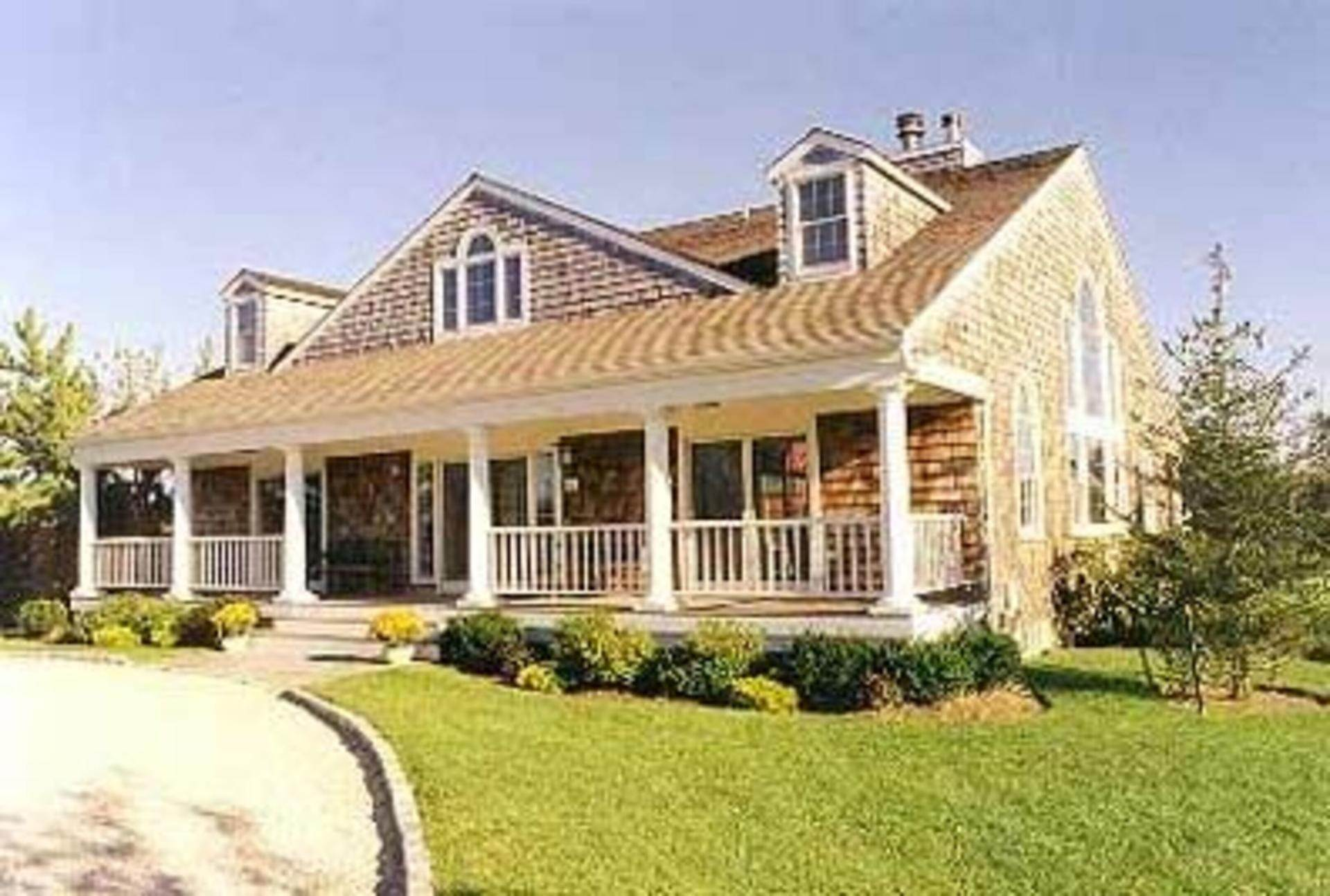 2. Single Family Home at Farmhouse With Views Bridgehampton, NY 11932