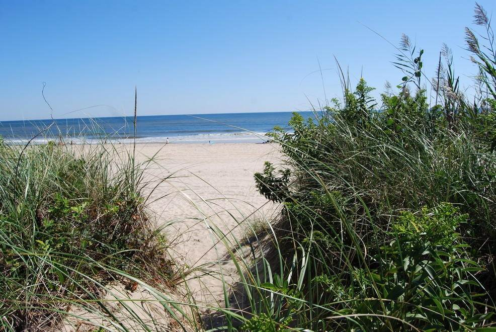 21. Single Family Home at Montauk Rental With Deeded Foot Path To Beach Montauk, NY 11954