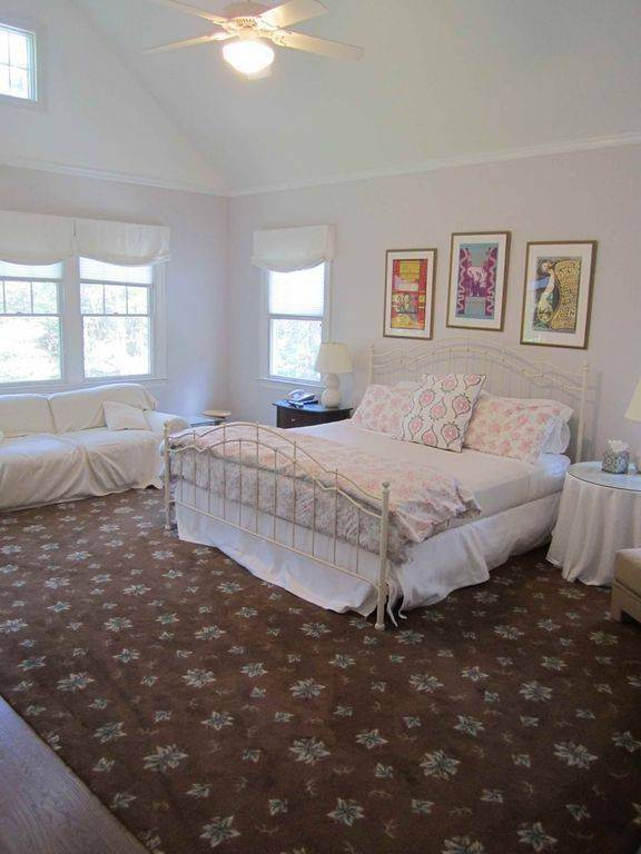 14. Single Family Home at Lovely Traditional With Pool And Tennis East Hampton, NY 11937
