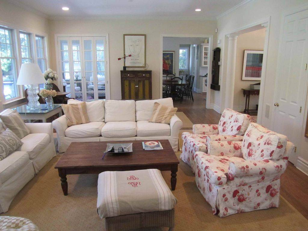 6. Single Family Home at Lovely Traditional With Pool And Tennis East Hampton, NY 11937