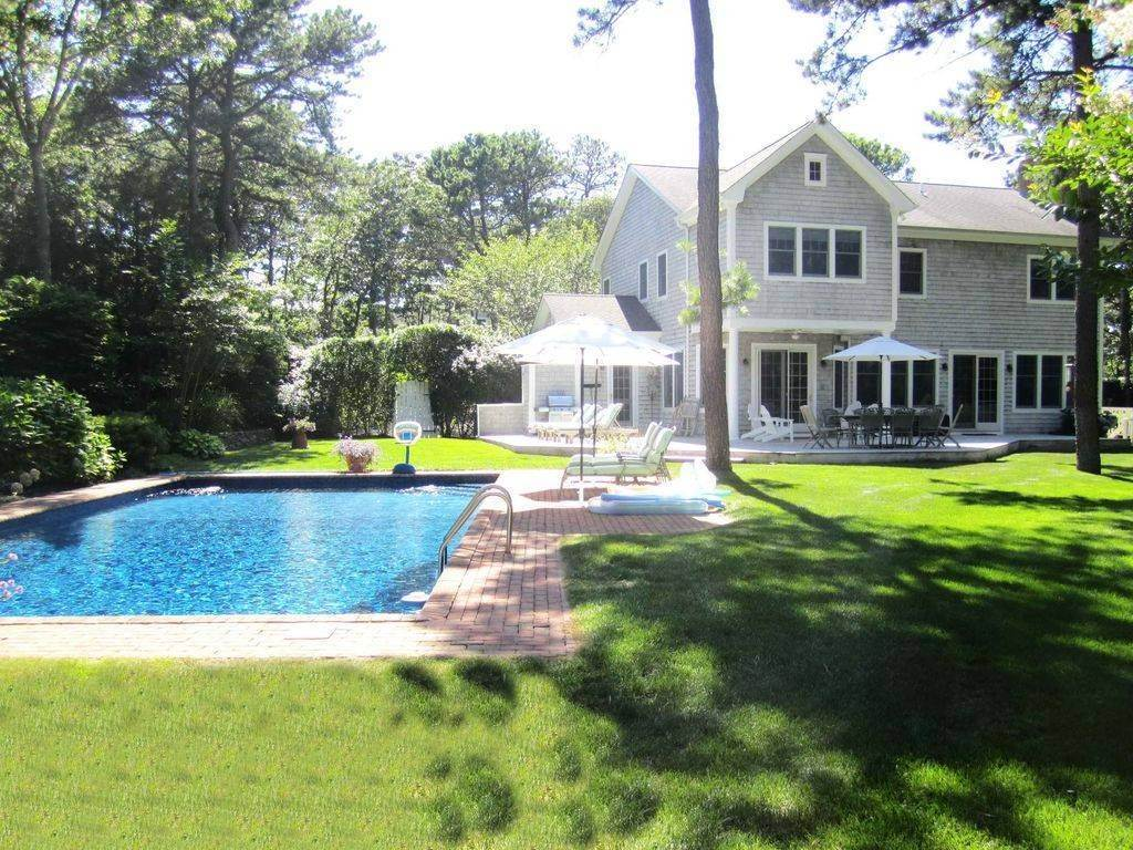 3. Single Family Home at Lovely Traditional With Pool And Tennis East Hampton, NY 11937