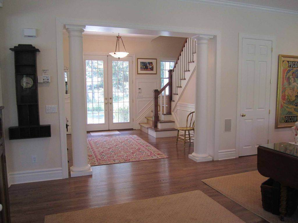 5. Single Family Home at Lovely Traditional With Pool And Tennis East Hampton, NY 11937