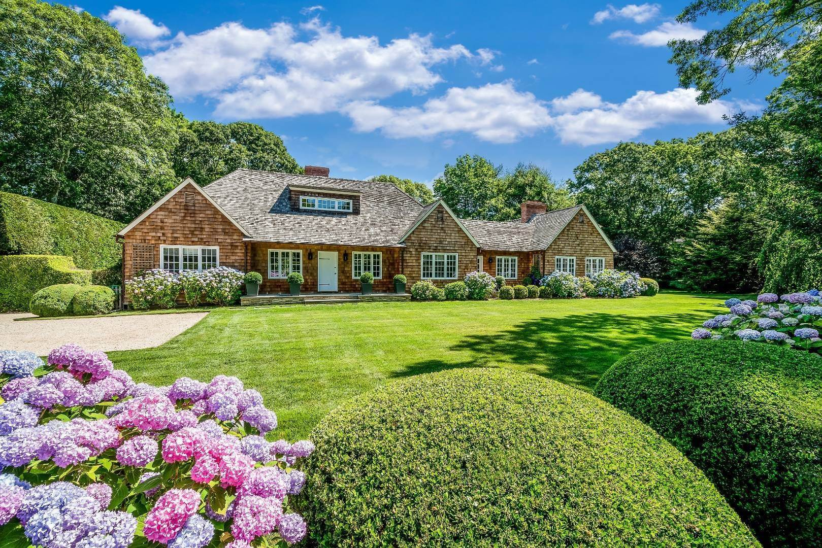 2. Single Family Home at Stunning In Wainscott South Wainscott, NY 11975